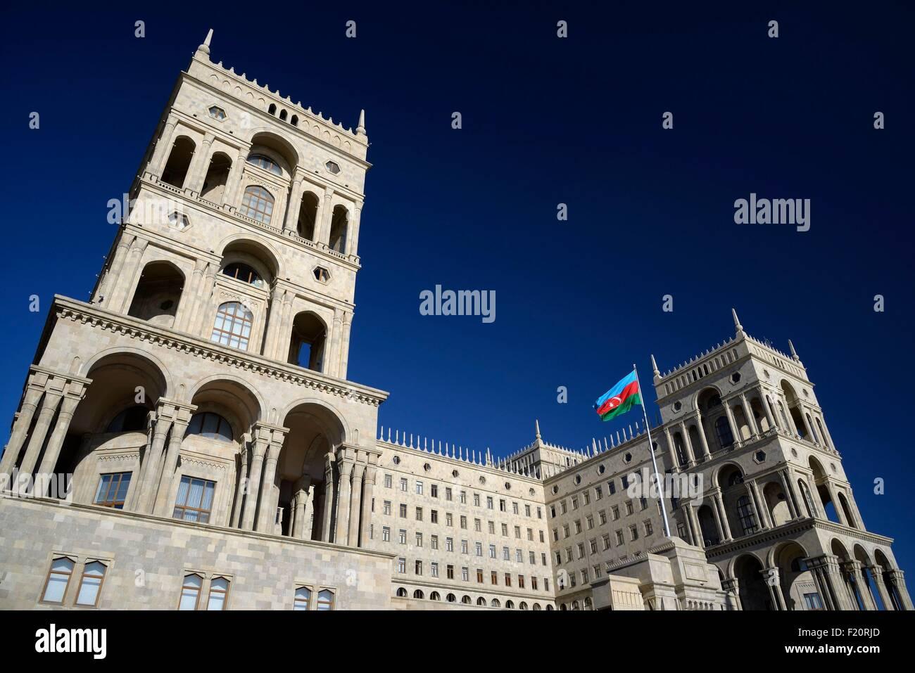 Azerbaijan, Baku, avenue Neftτiler Prospekt, Government House with the national flag - Stock Image