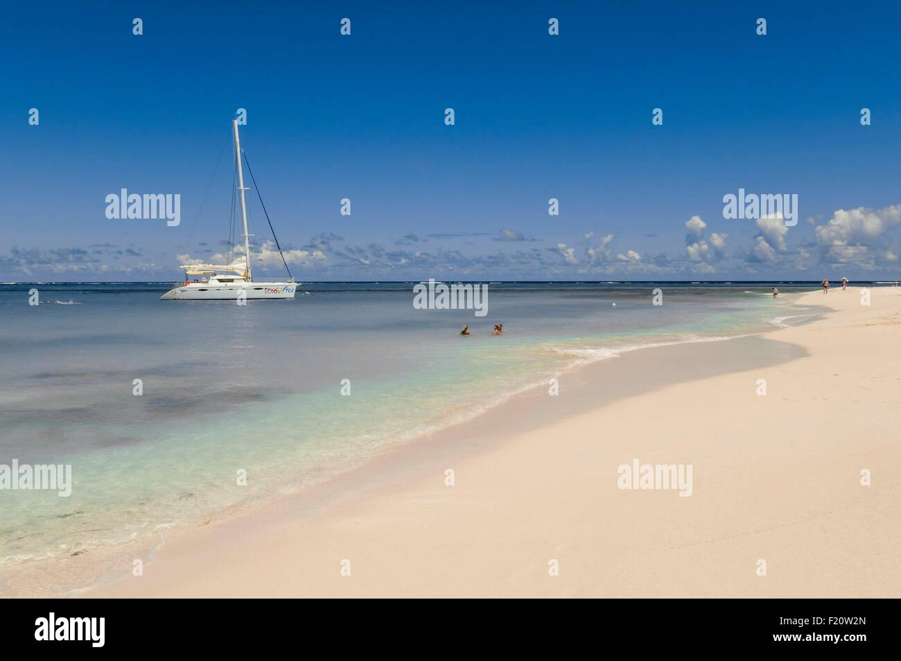 Anguilla Island (Bristish West Indies), catamaran boat in the lagoon of Preakly Pear little island - Stock Image