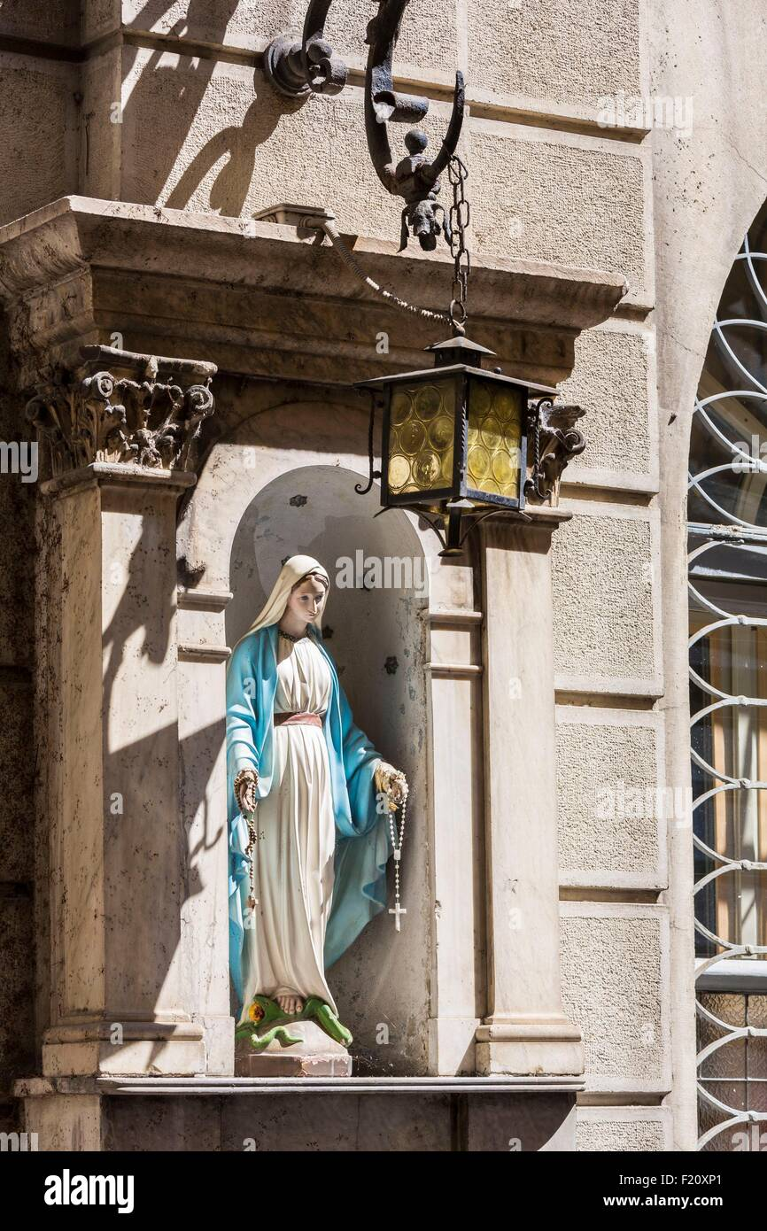 Italy, Lombardy, Milan, statuette of the virgin in its niche via Borgonuovo - Stock Image