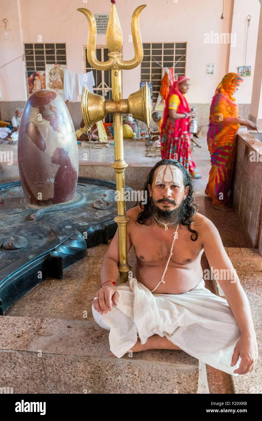 India, Rajasthan state, Jaipur, sadhu and lingam at the Hanuman temple in the Galta area - Stock Image