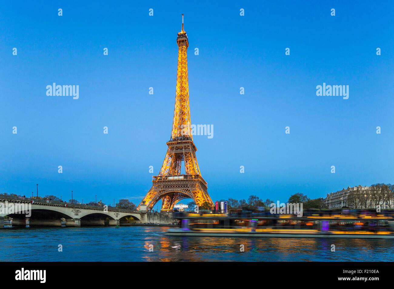 France, Paris, the banks of the Seine listed as World Heritage by UNESCO, the Eiffel Tower illuminated (⌐ SETE-Illuminations - Stock Image