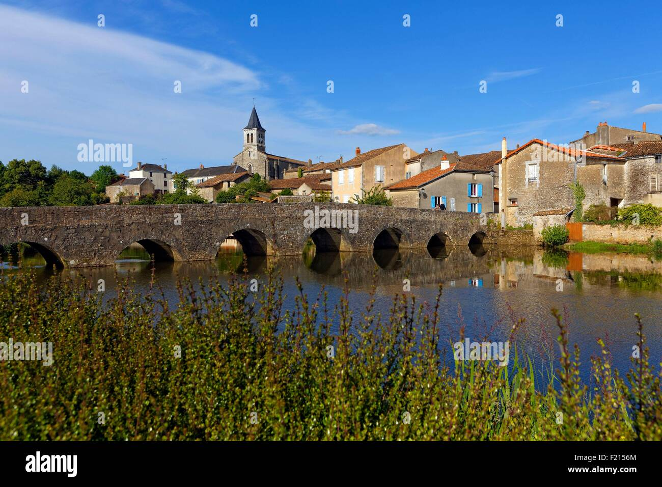 France, Vienne, Sanxay, general view with the Roman bridge, told the shepherds bridge, built in 1688 to Louis XIV - Stock Image