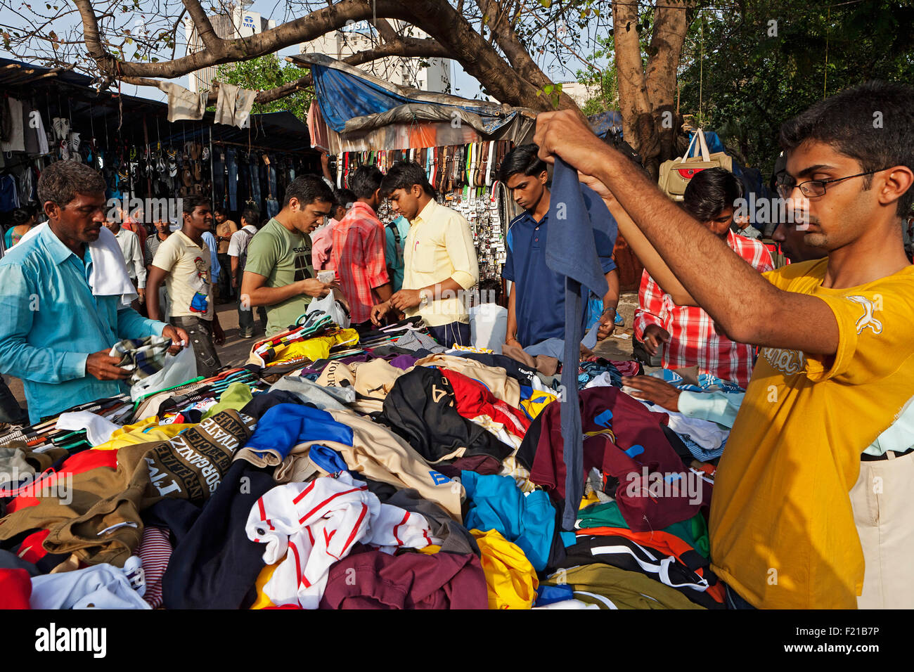 India, Maharashtra, Mumbai, Outdoor clothes market near Churchgate Station. - Stock Image