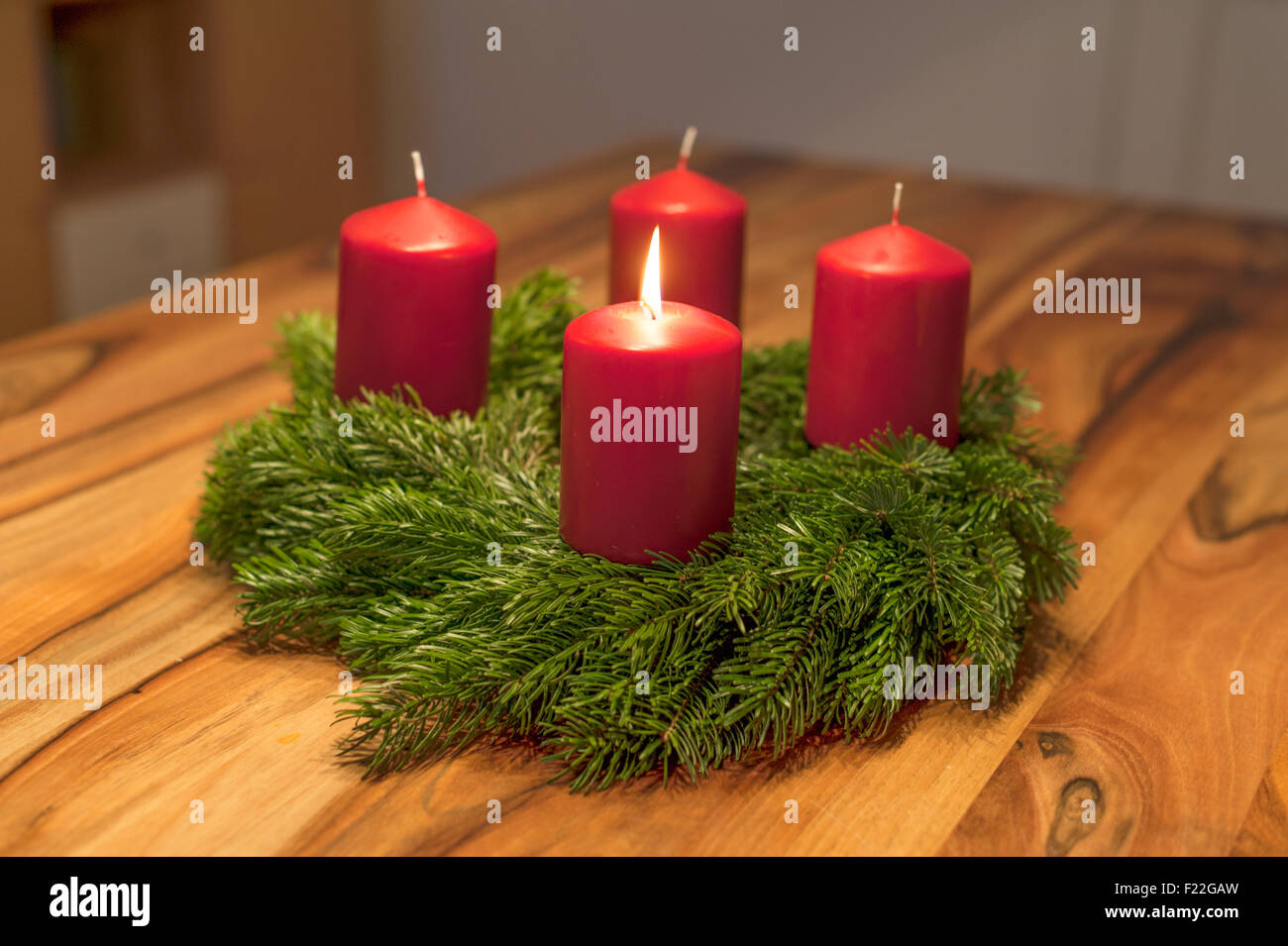 adventskranz mit einer leuchtenden kerze stock photo. Black Bedroom Furniture Sets. Home Design Ideas