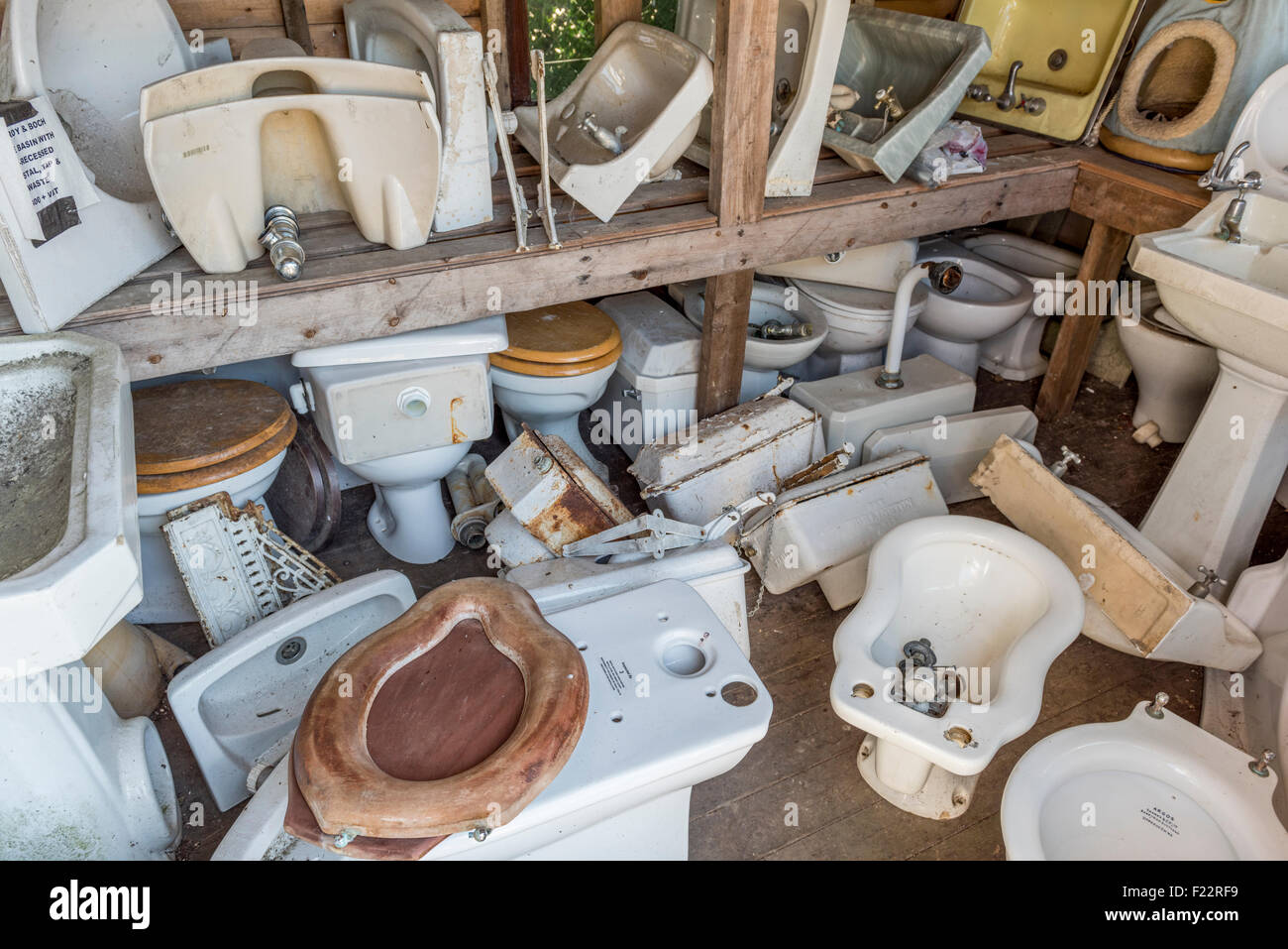 Various bathroom items at an architectural salvage yard in East Sussex, England, UK. - Stock Image