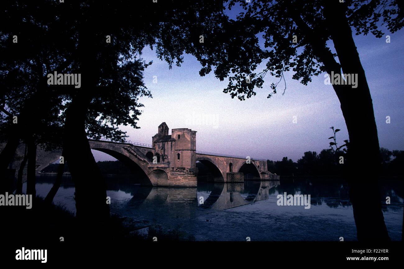 The Pont d'Avignon, Pont Saint-Bénézet at dusk, Avignon,southern France.  2000 The Pont Saint-Bénézet - Stock Image