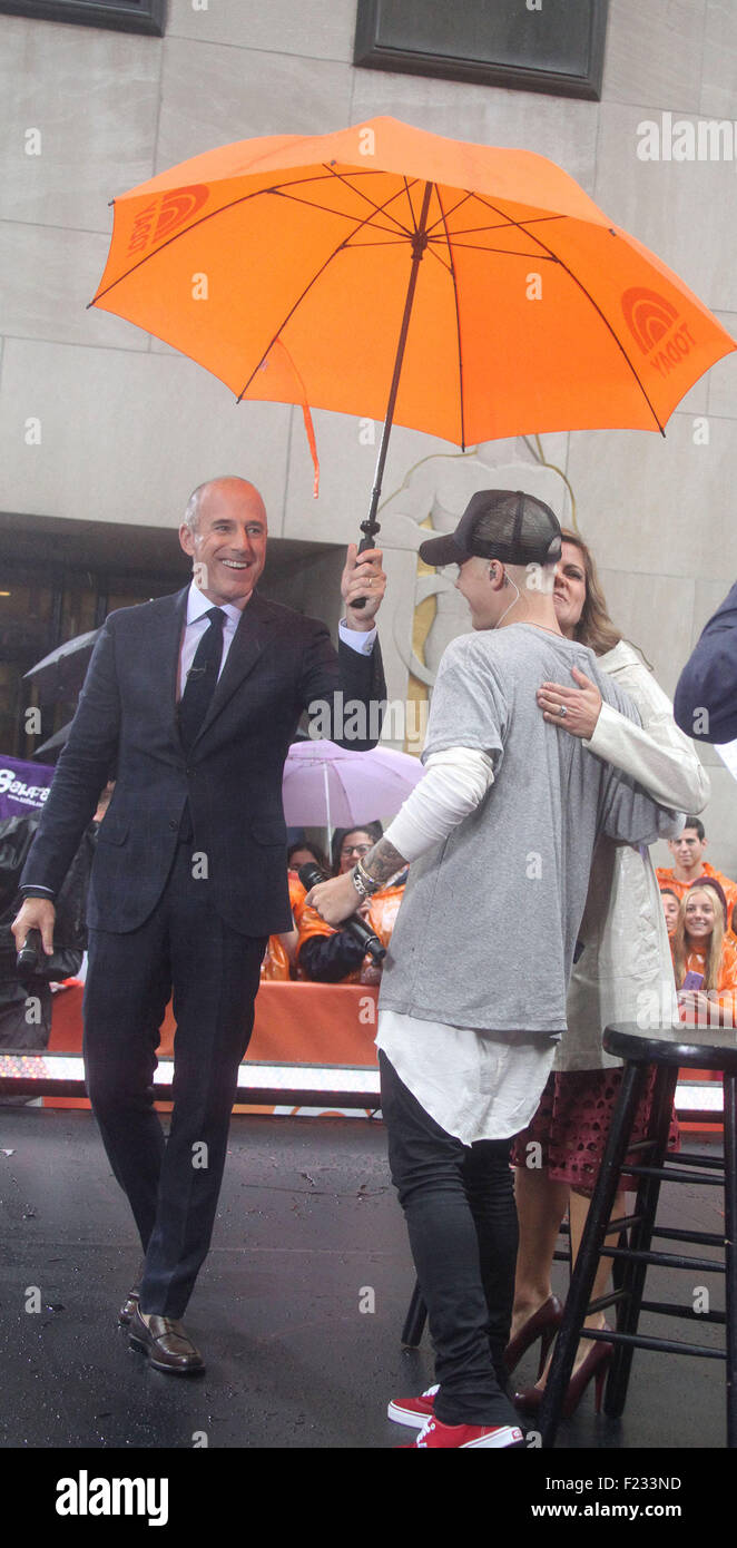 New York, New York, USA. 10th Sep, 2015. GMA co-host MATT LAUER holds an umbrella for JUSTIN BIEBER on the 'Today' Stock Photo