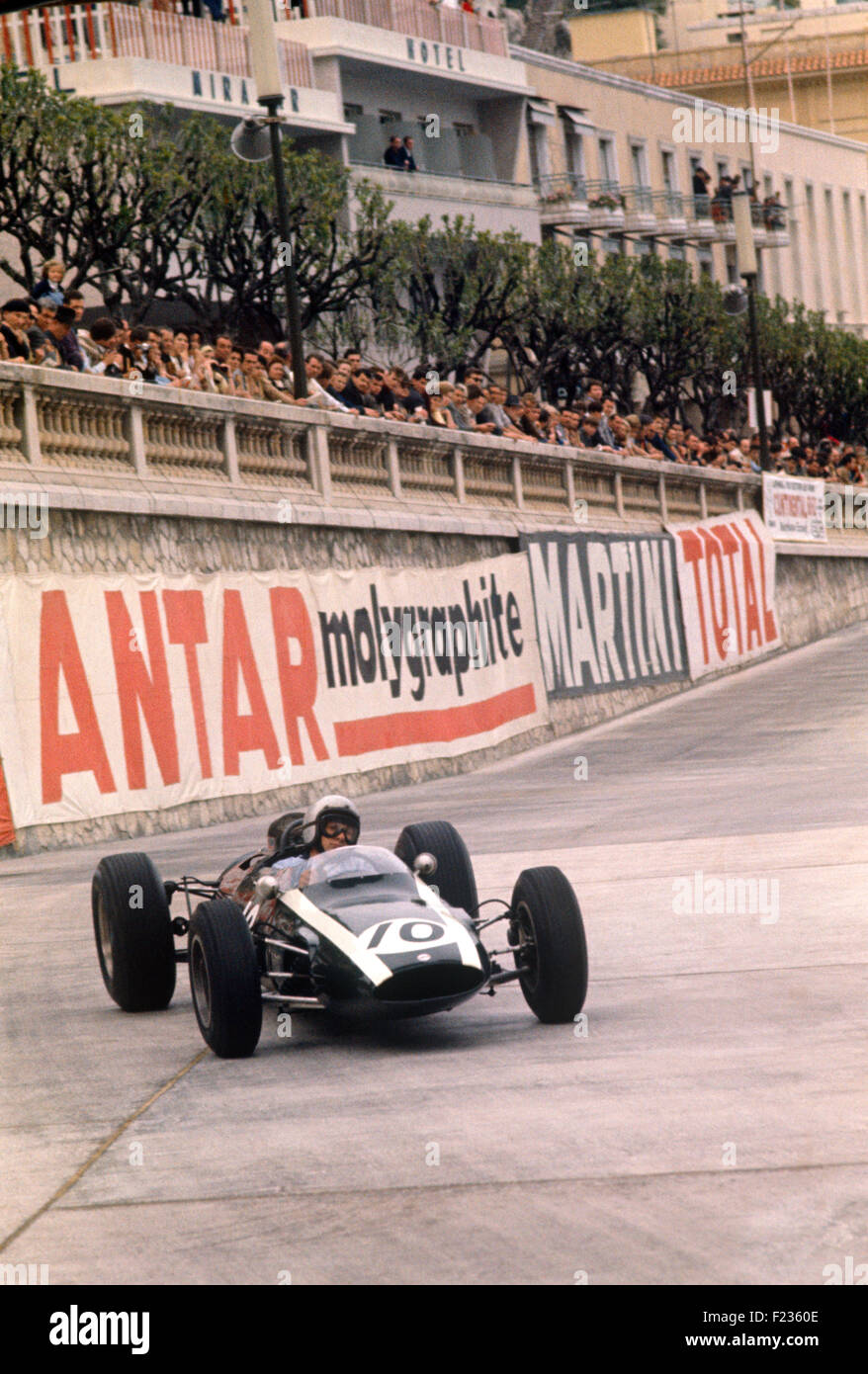 Bruce McLaren in a Cooper Climax T66 in the Tabac Corner on the quayside-Monaco GP, 10 May 1964 - Stock Image