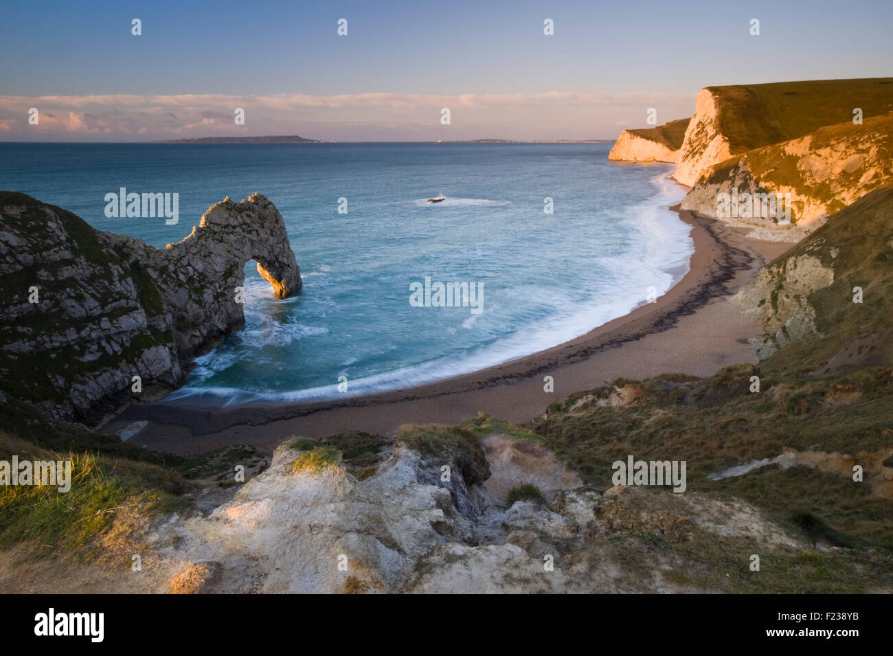 View of the limestone sea arch of Durdle Door near Lulworth on Dorset's Jurassic Coast, England, UK - Stock Image