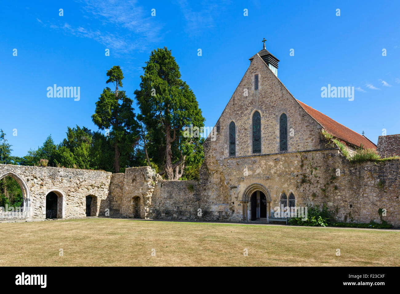 The cloister and refectory (now the parish church), Beaulieu Abbey, Beaulieu, Hampshire, England, UK - Stock Image