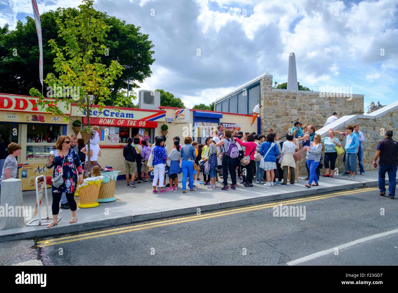 queue people teddy's teddys ice cream shop ireland - Stock Image