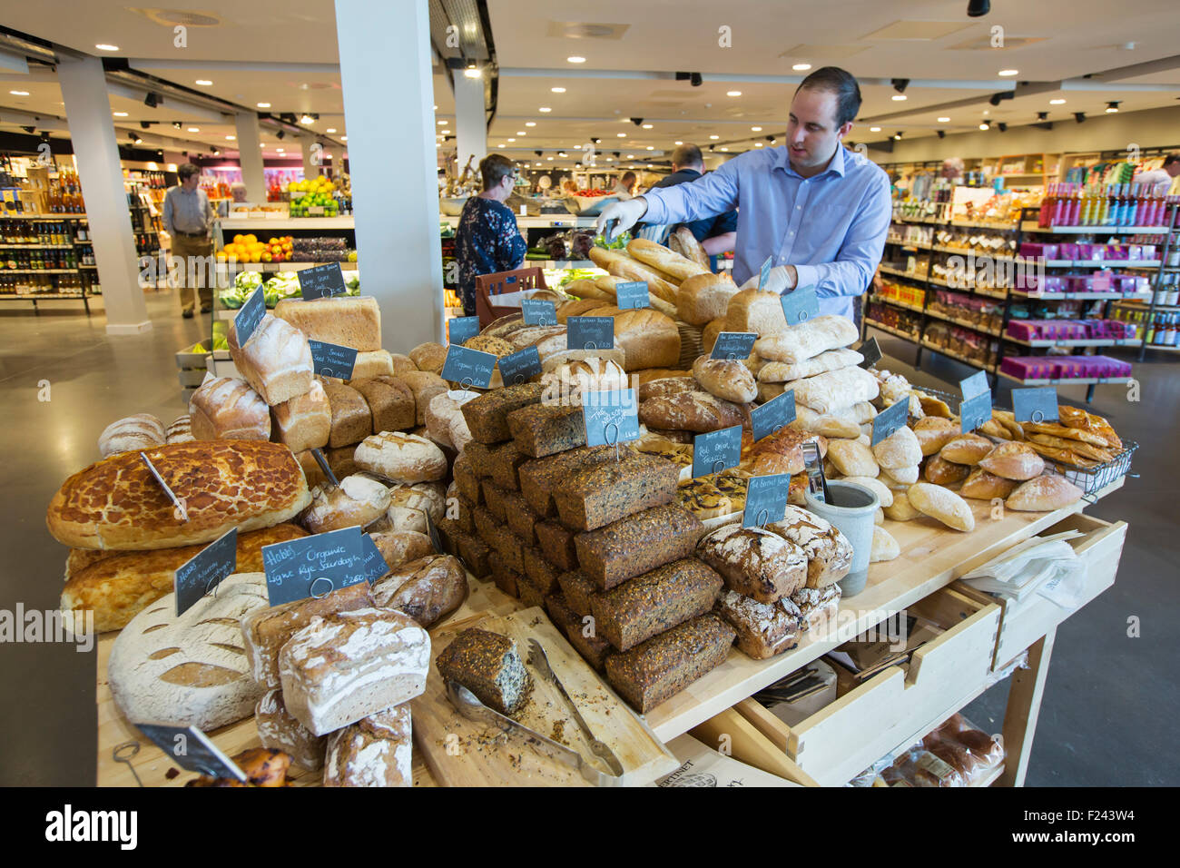 the-farm-shop-at-the-new-gloucester-service-station-on-the-m5-motorway-F243W4.jpg