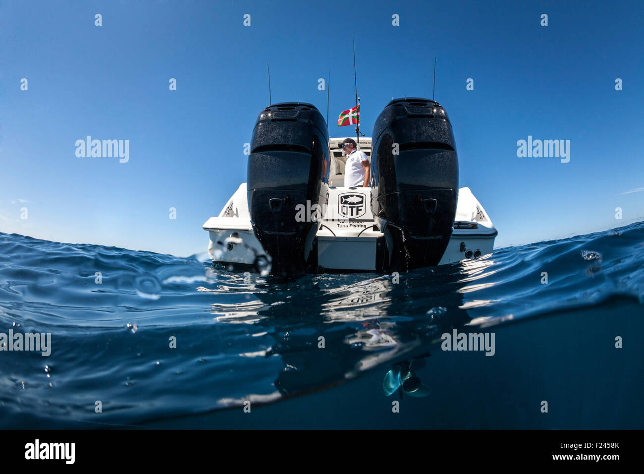 A Boston Whaler 320 Outrage speedboat with its 300 horsepower outboard Mercury motors. Split shot above and below - Stock Image