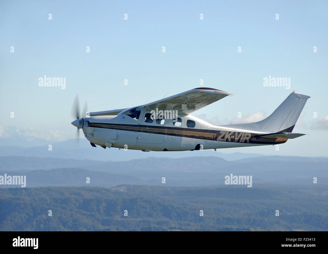 A pressurised Cessna 210 flies above the scenic West Coast of New Zealand - Stock Image