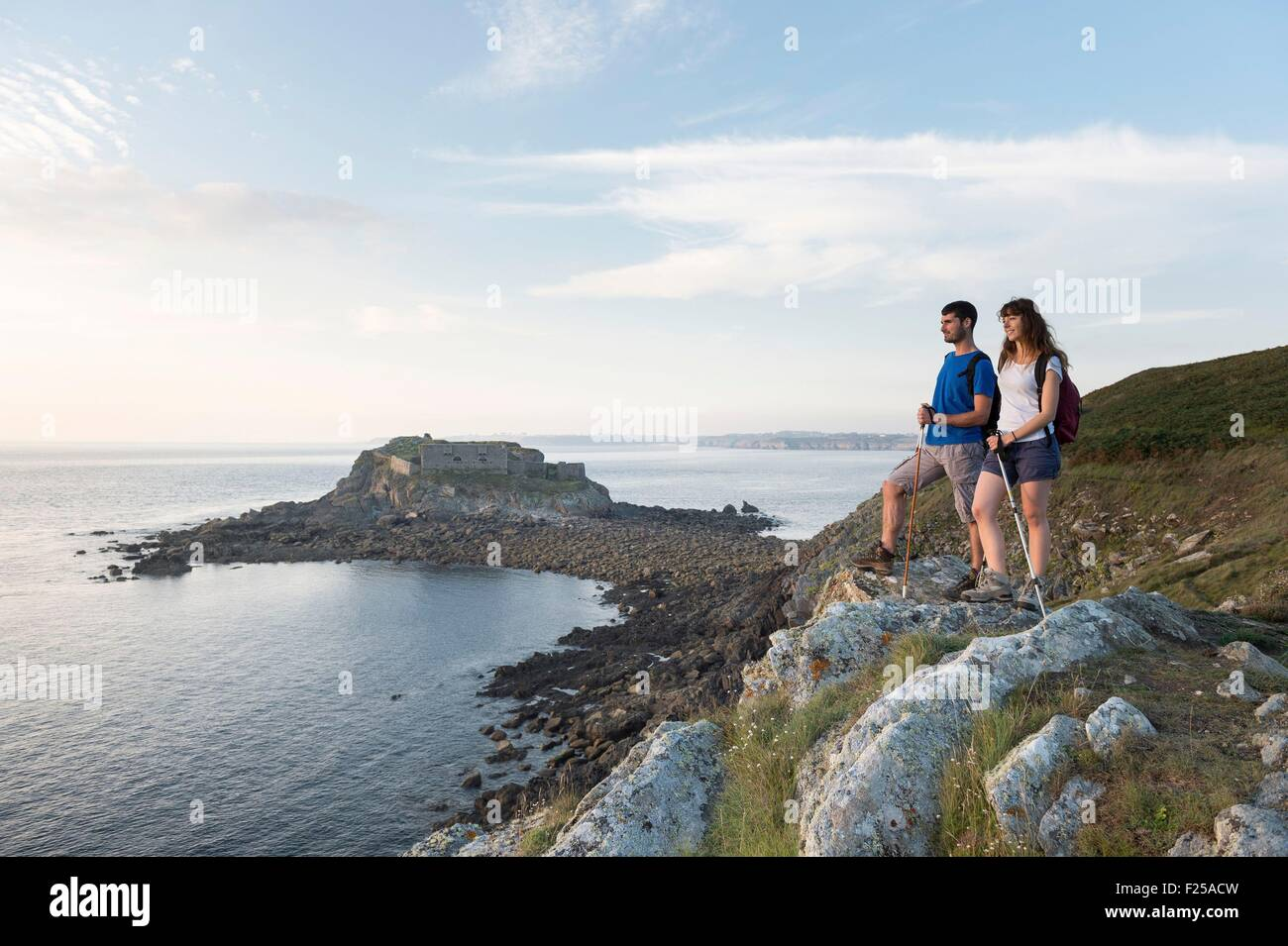 France, Finistere, Le Conquet, walk on peninsula of Kermorvan with cove Porz Pabu and the old fort in the background Stock Photo
