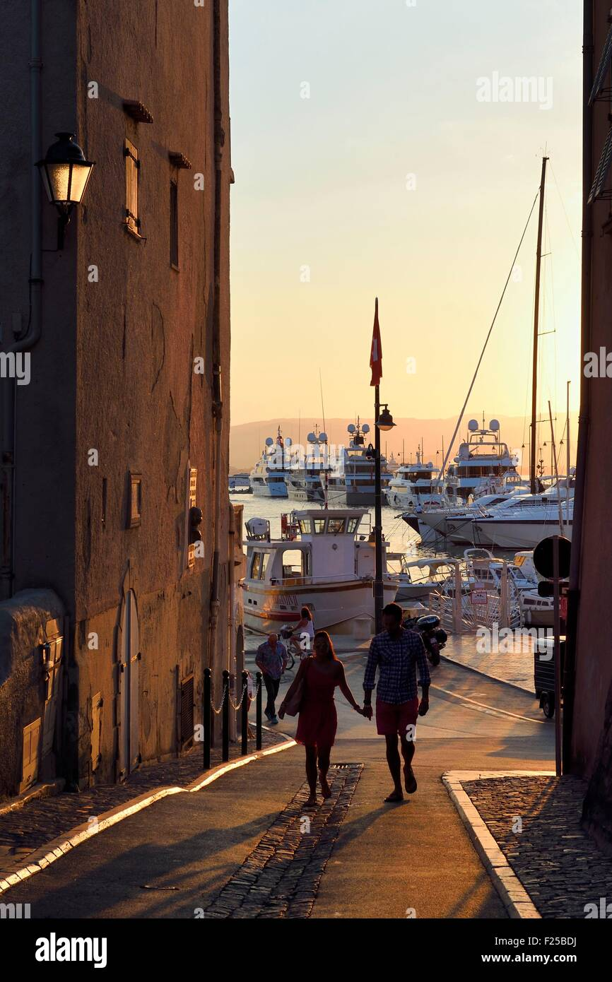 France, Var, Saint-Tropez, alley joining the port from the place of the Hotel de Ville - Stock Image