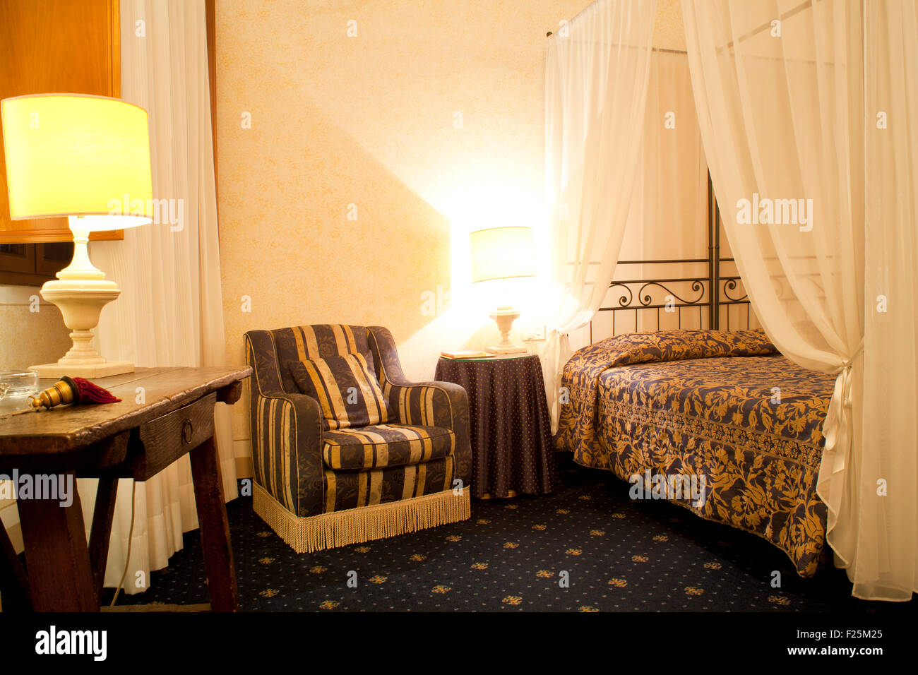 Sofa and bed in an albergue room - Stock Image