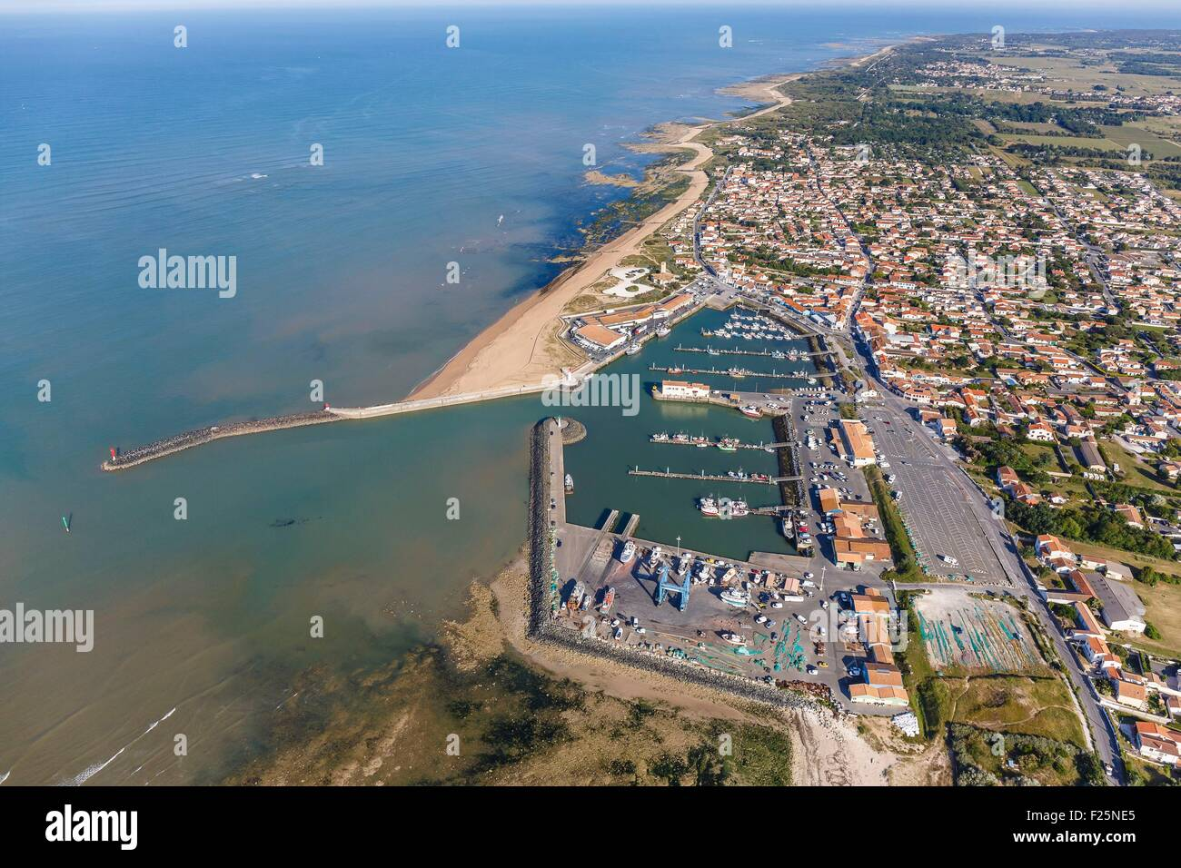 France, Charente Maritime, Saint Pierre d'Oleron, la Cotiniere fishing port and the town (aerial view) - Stock Image