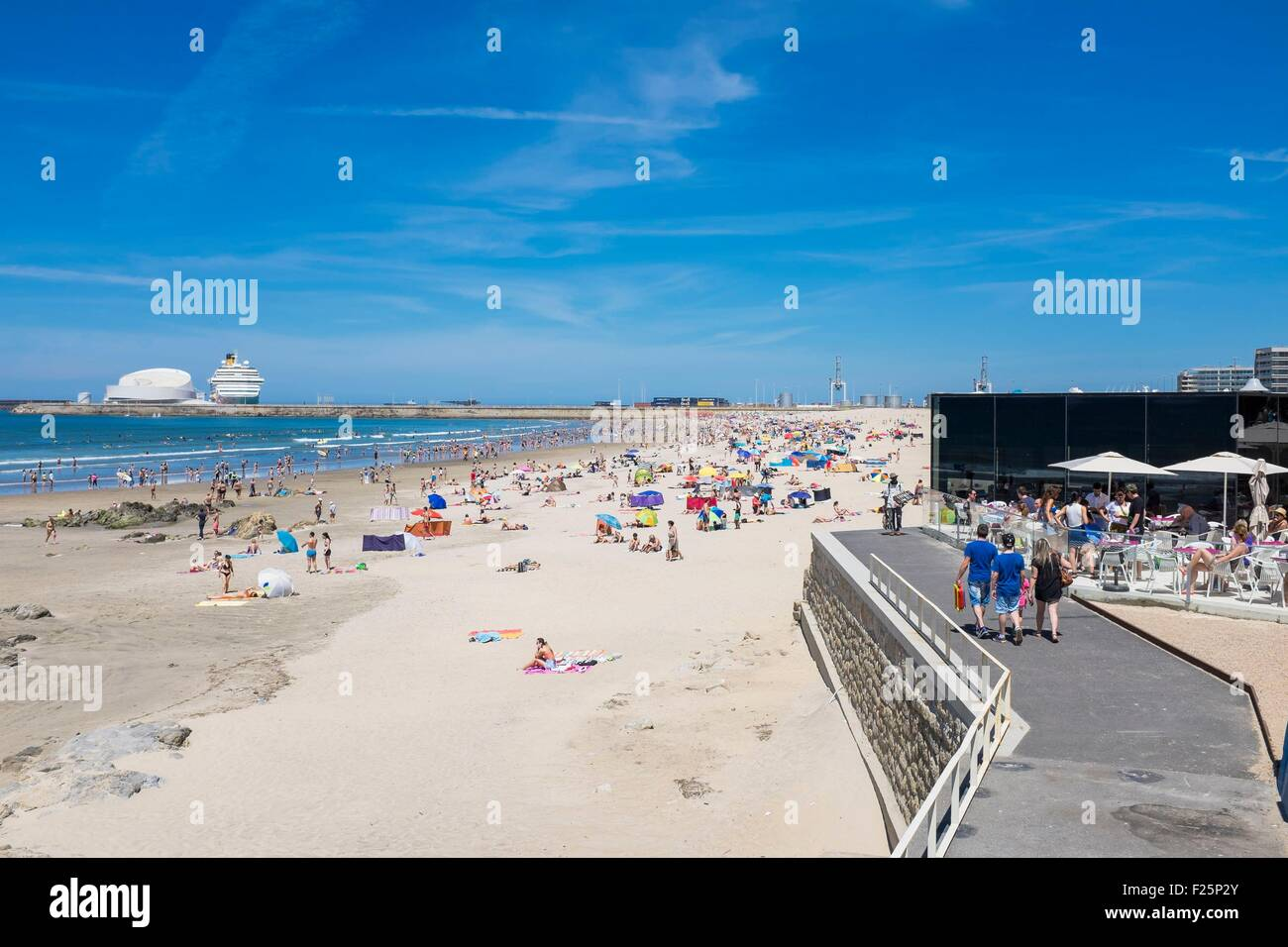 Portugal, North region, Matosinhos, the urban beach and Leixoes harbour in the background Stock Photo