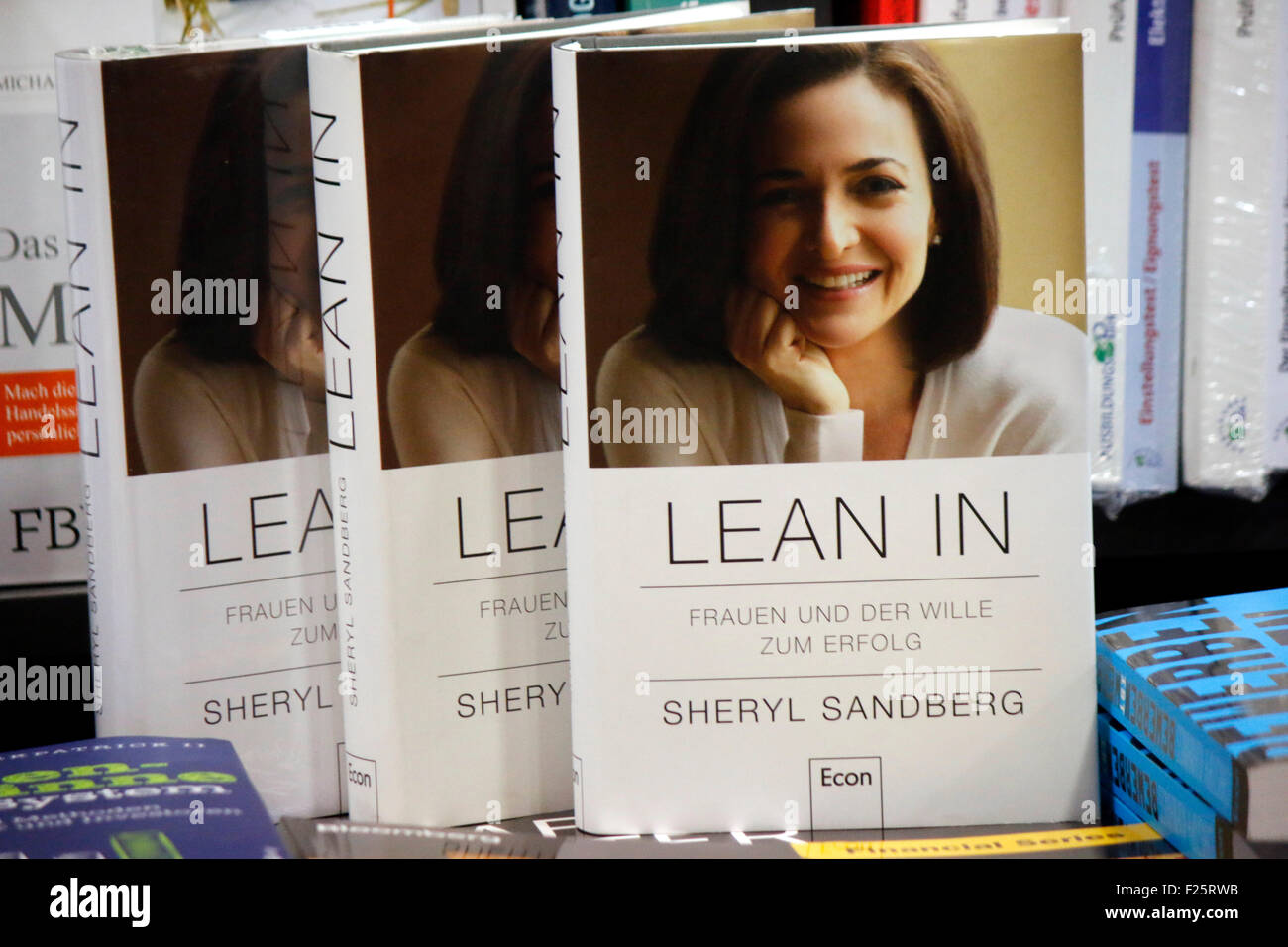 Buch der Facebook Managerin Sheryl Sandberg 'Lean In', Berlin. - Stock Image