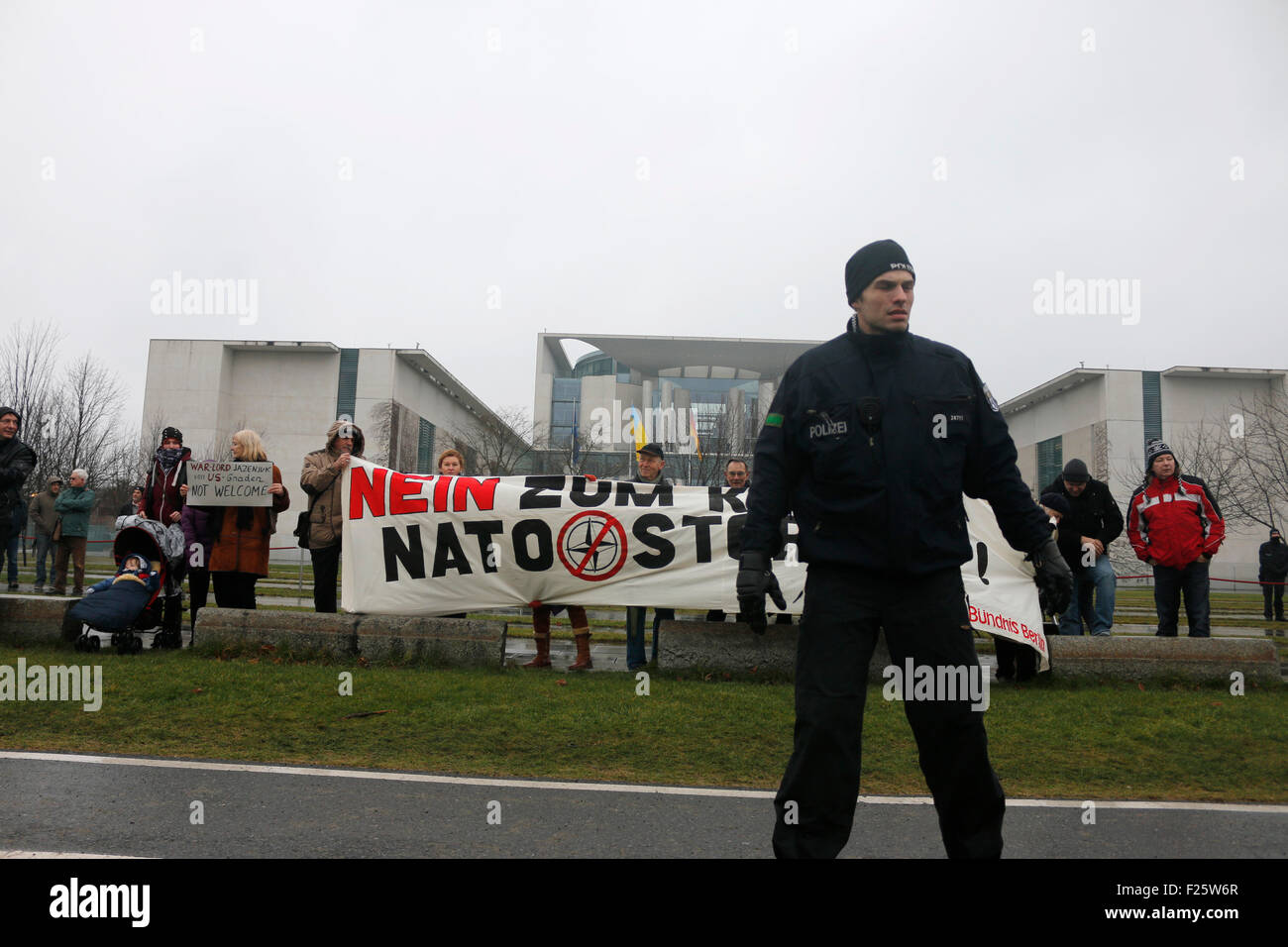'Nein zum Krieg - Nato stoppen': Russlandversteher protestieren gegen ? vor einem Treffen der dt. Bundeskanzlerin - Stock Image