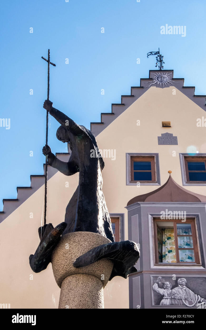 Fountain with Statue of St Mang & traditional Bavarian house gable with painted facade, Füssen Town, Ostallgaü, - Stock Image
