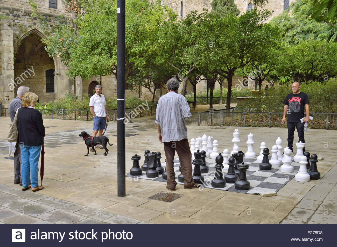 Men playing chess in park with large oversize figures, Ciutat Vella Barcelona Catalonia Spain Europe - Stock Image
