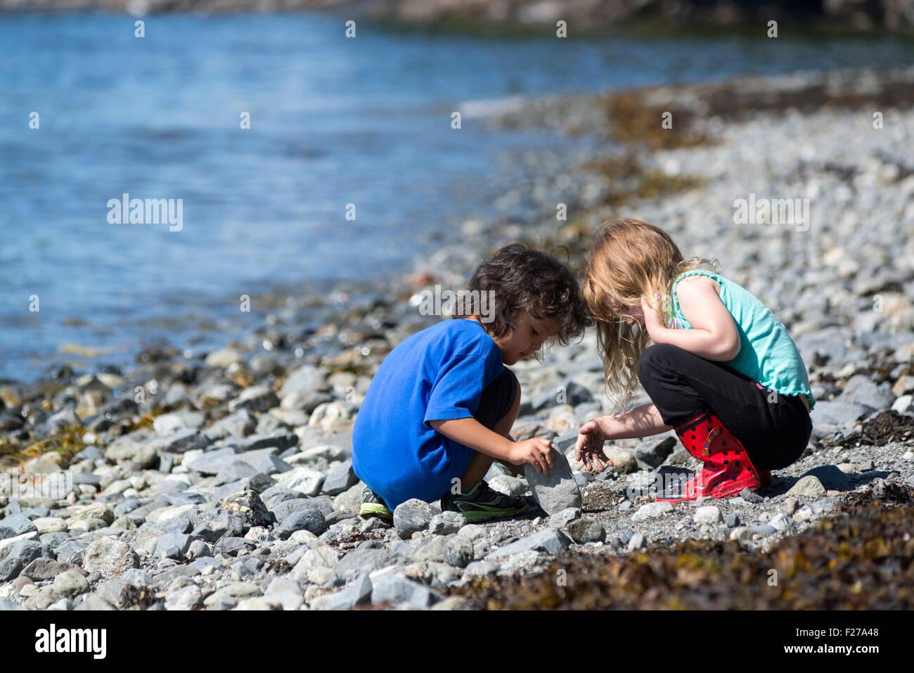 Children exploring the beach in Sitka National Historic Park, Alaska. - Stock Image