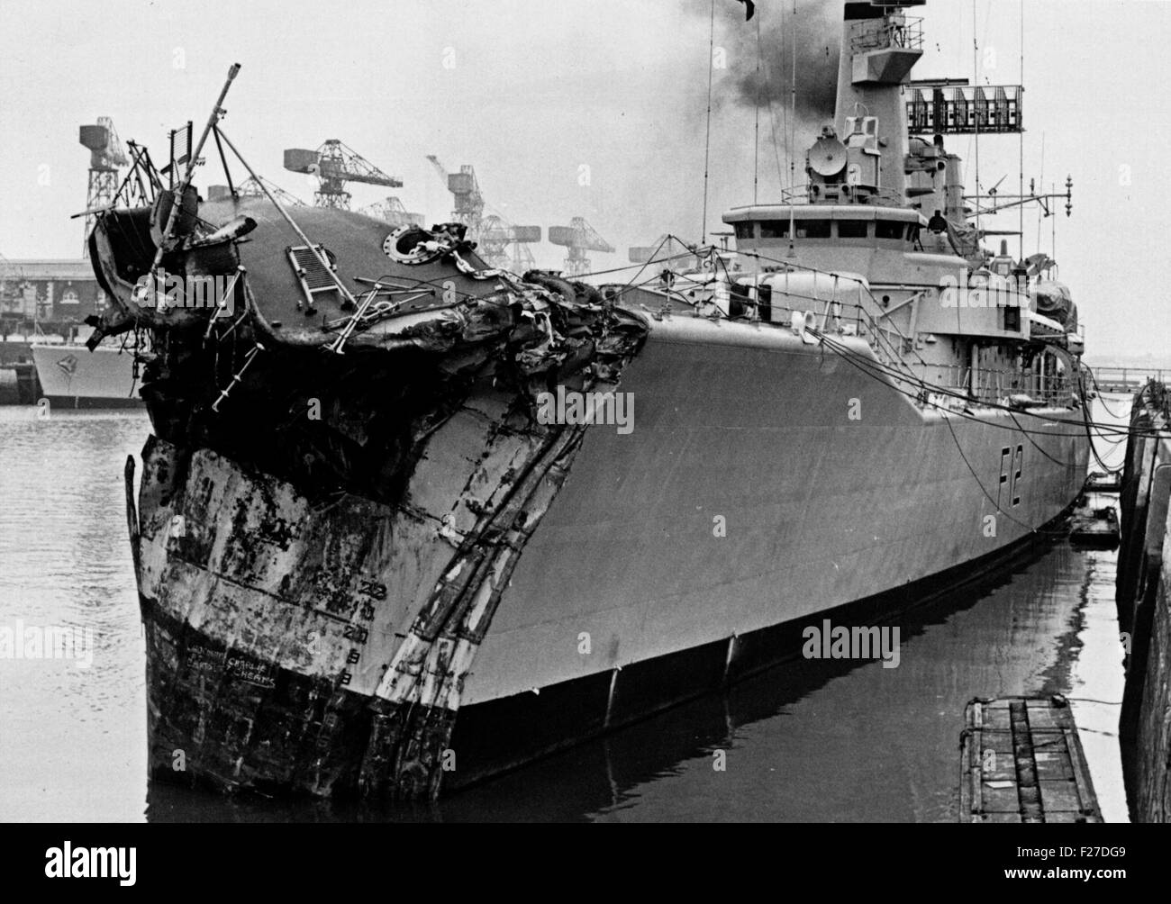 AJAXNETPHOTO.  13TH NOVEMBER, 1975. PORTSMOUTH, ENGLAND. - CRUNCH! - PICTURED ALONGSIDE AT THE NAVAL BASE DOCKYARD WITH 14 FEET OF HER BOW SMASHED; THE GP LEANDER CLASS FRIGATE HMS ACHILLES (2500 TONS). THE FRIGATE COLLIDED WITH LIBERIAN OIL TANKER OLYMPIC ALLIANCE 1 MILES S.E. OF DOVER NEAR VARNE LIGHTSHIP ON NIGHT OF 12/13 NOV 1975. THREE CREWMEN ON ACHILLES WERE INJURED. PHOTO:JONATHAN EASTLAND/AJAX REF:25_11_75 Stock Photo