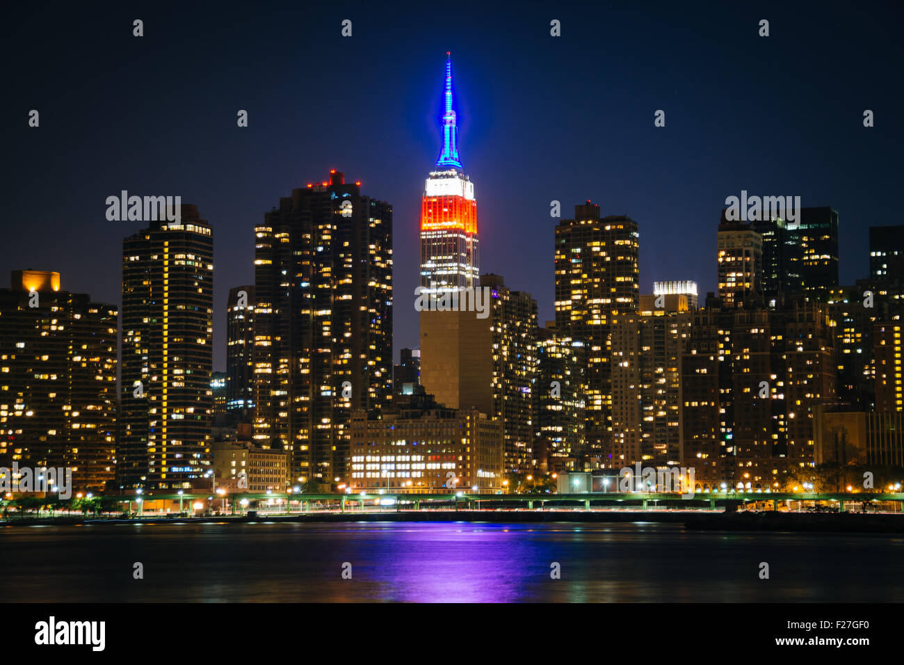 View of the Empire State Building from Gantry Plaza State Park, in Long Island City, Queens, New York. - Stock Image