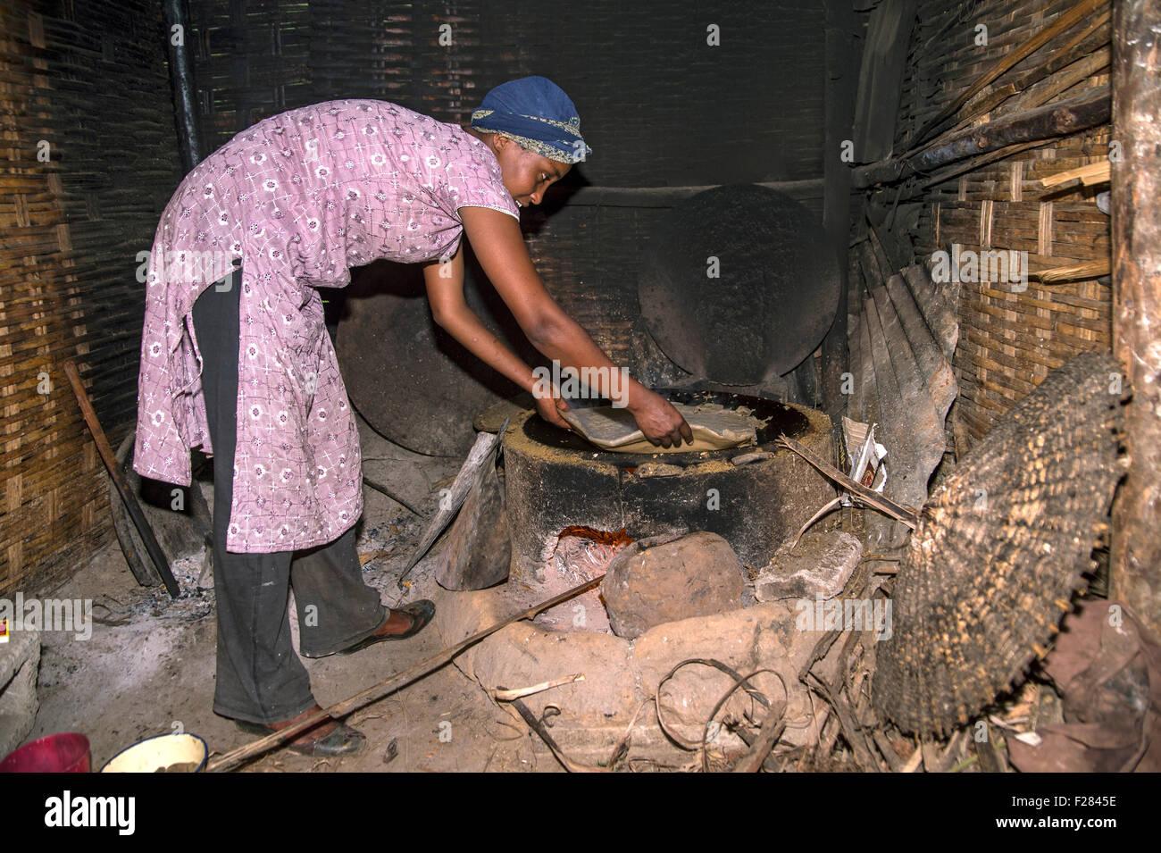 Young Ethiopian woman preparing Injera, the traditional Ethiopian flatbread, Oromiya, Ethiopia - Stock Image