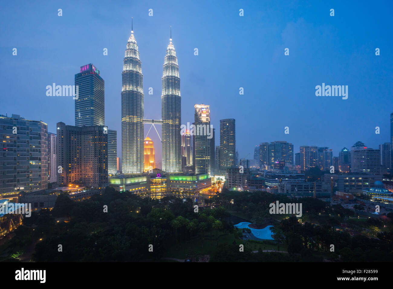 he petronas twin towers klcc at sunset blue hour seen from the traders skybar - Stock Image