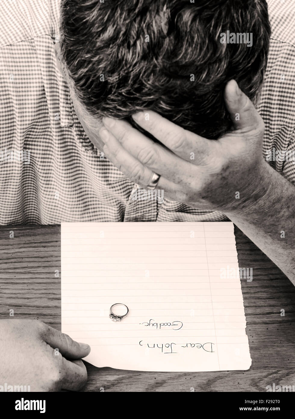 Man reads goodbye note from marriage partner - Stock Image
