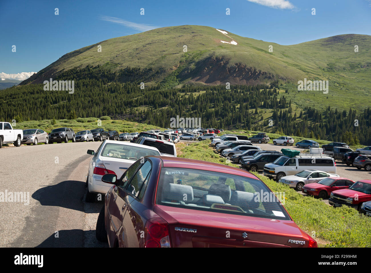 Georgetown, Colorado - Cars overflow the parking lots and line the road at Guanella Pass near the Mt. Bierstadt - Stock Image