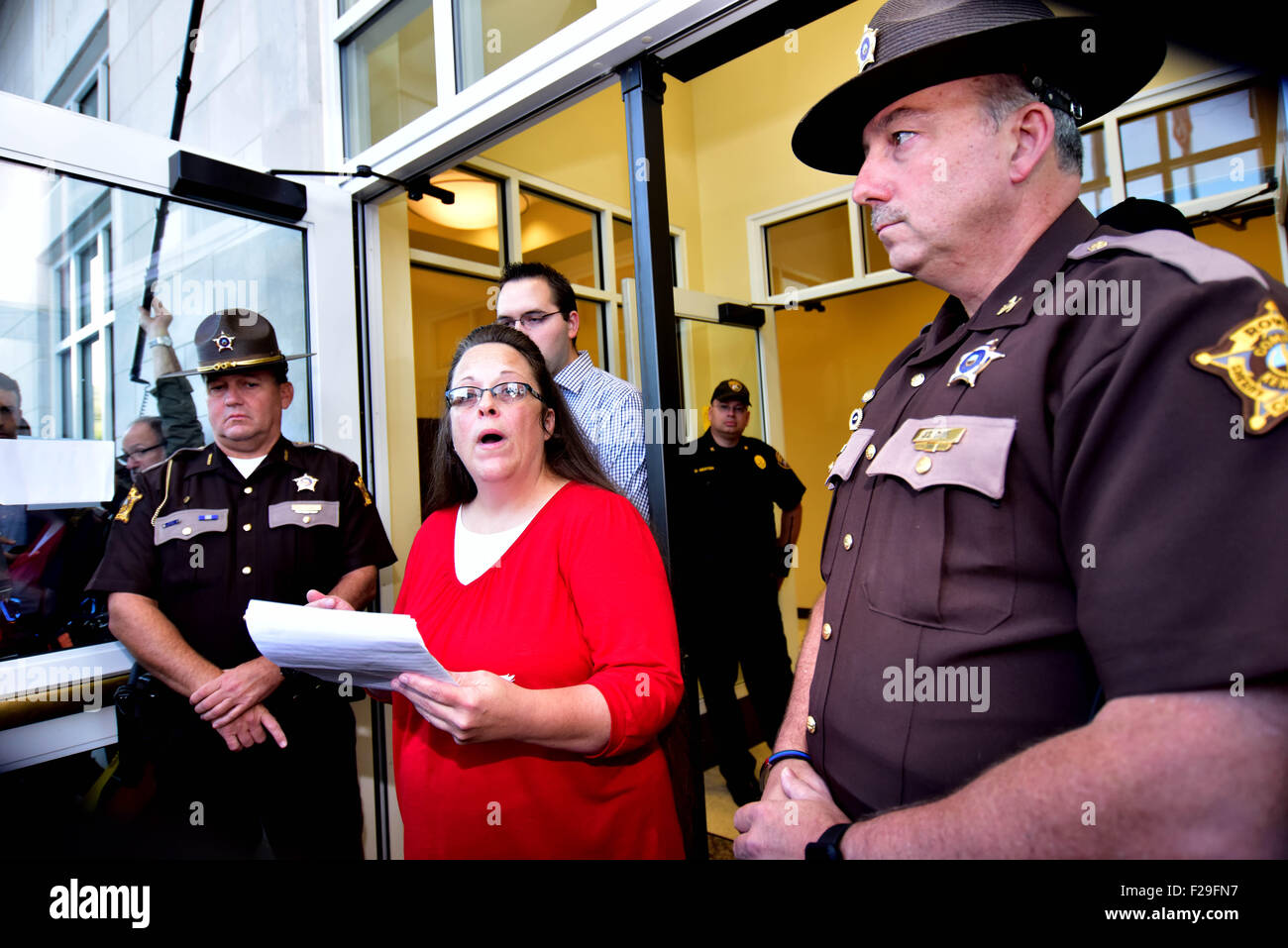 Morehead, Kentucky, USA. 14th September, 2015. Both supporters and opponents of Kim Davis gather outside of the - Stock Image