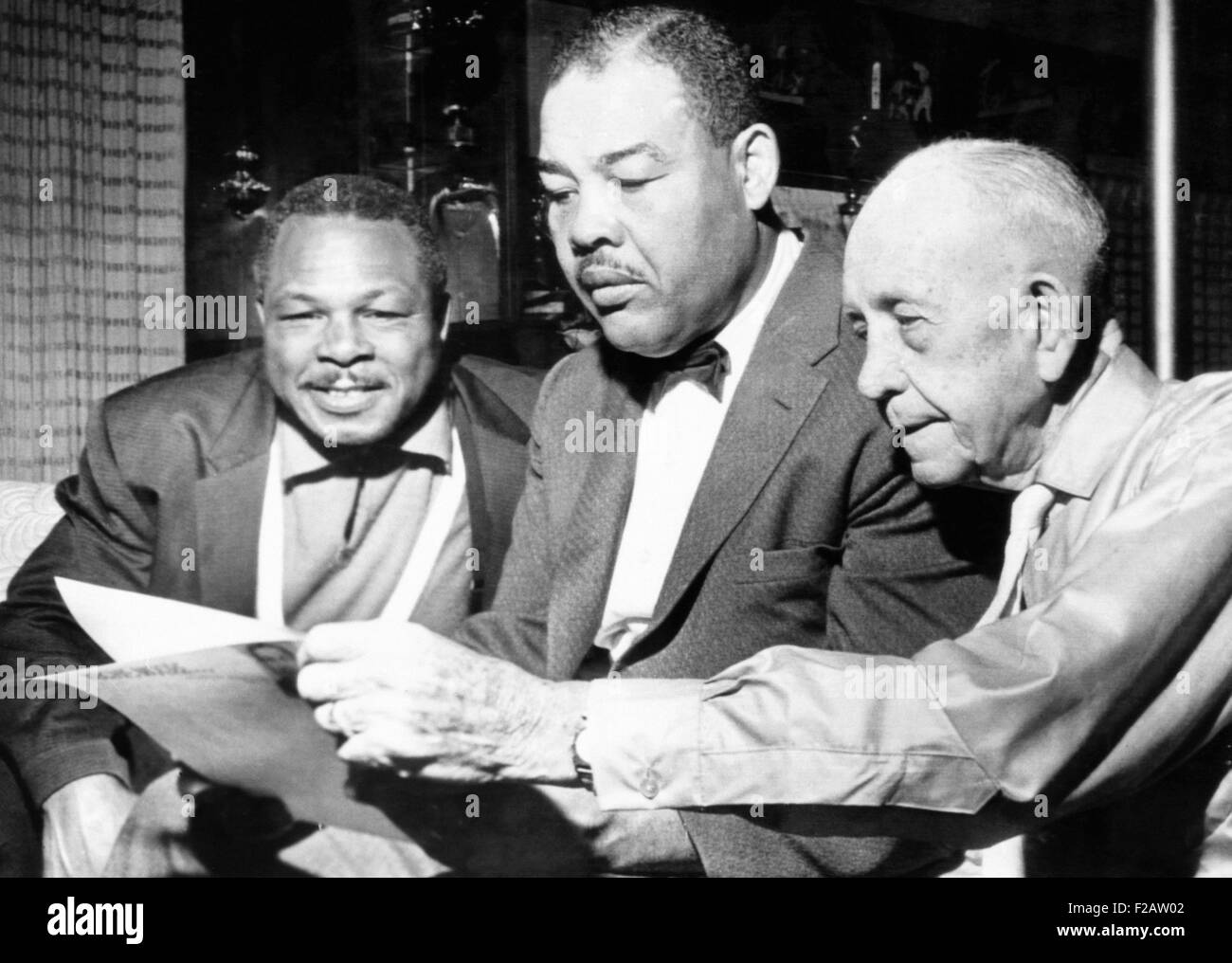 Conferring on the possibility of an Archie Moore vs. Gene Fuller. L-R: Moore, matchmaker Joe Lewis, and Moore's - Stock Image