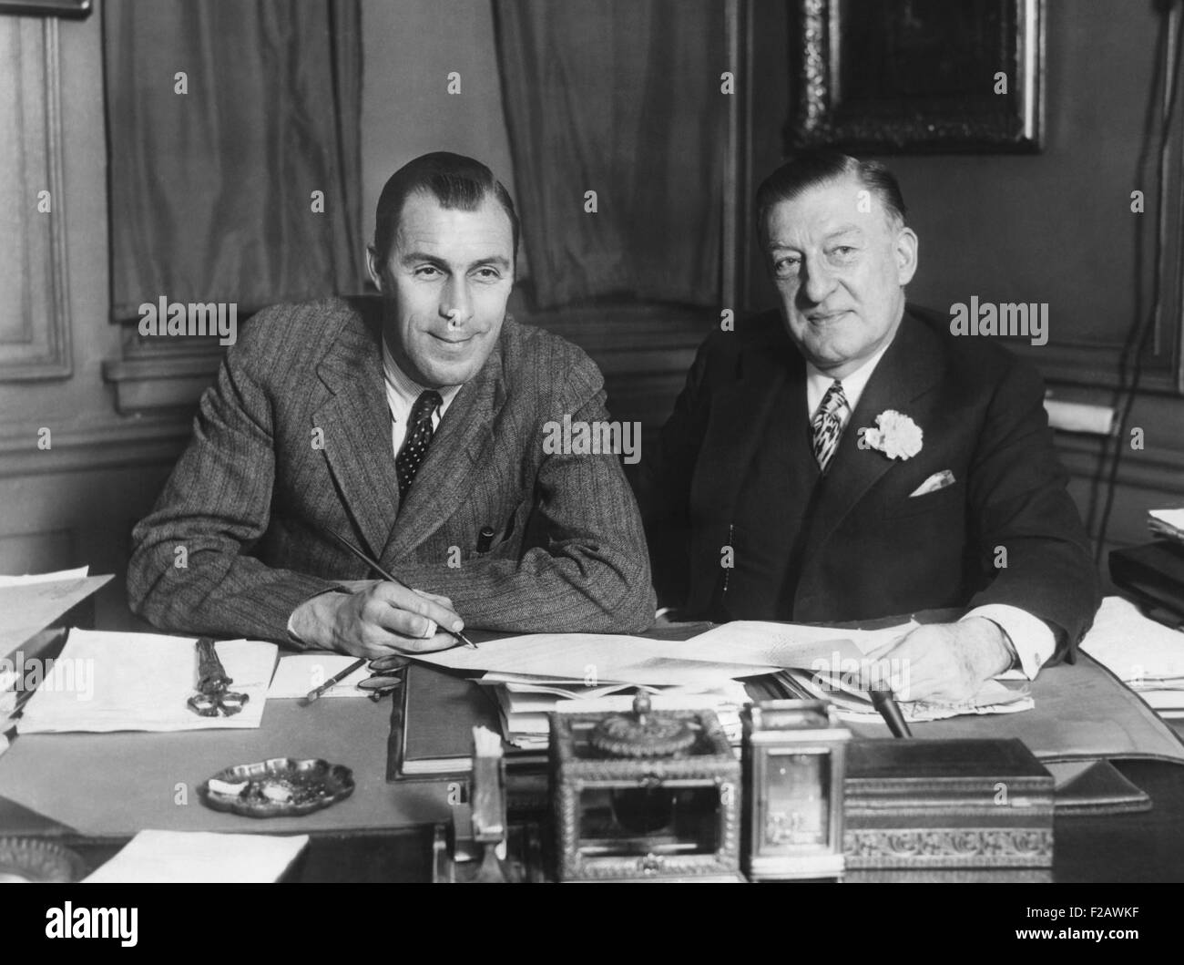 Tennis Champion, Bill Tilden, turns professional as he signs up for movies. William Tilden (left) signed with Metro - Stock Image