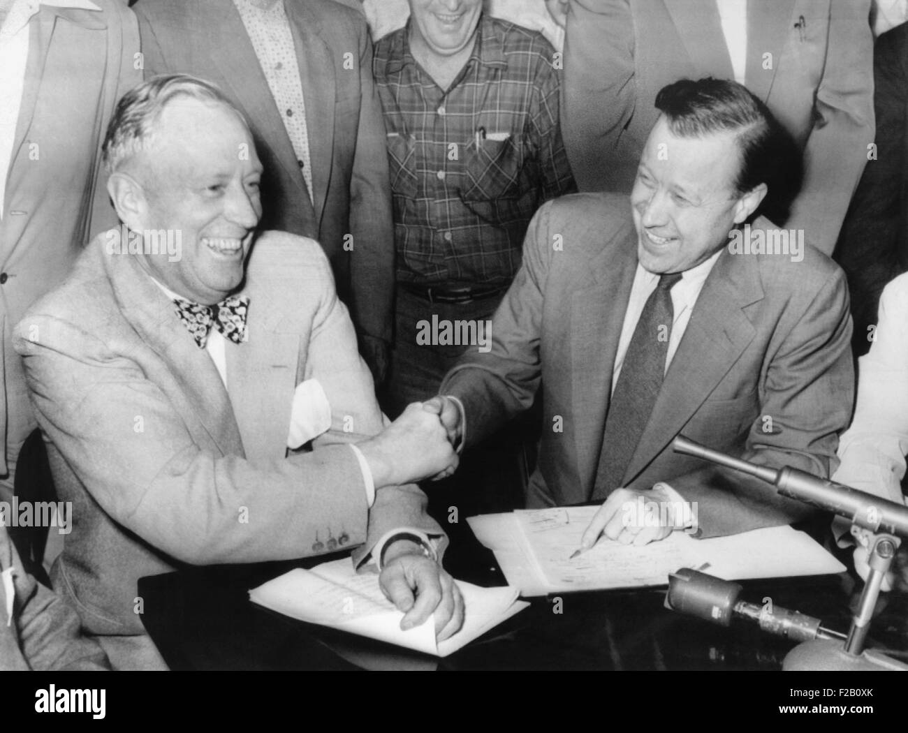 Harry W. Anderson (left), General Motors VP in charge of industrial relations and Walter Reuther. June 13, 1955. - Stock Image
