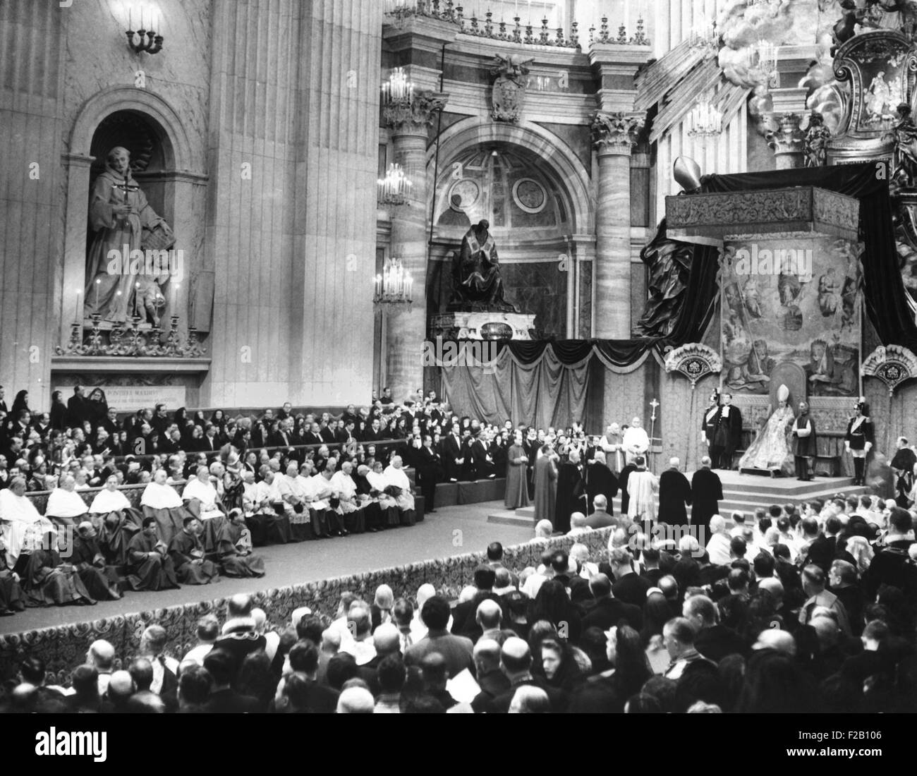 Pope Pius XII on a canopied throne at St. Peter's, conferred the Red Hat upon 17 new cardinals. Jan. 17, 1953 - Stock Image