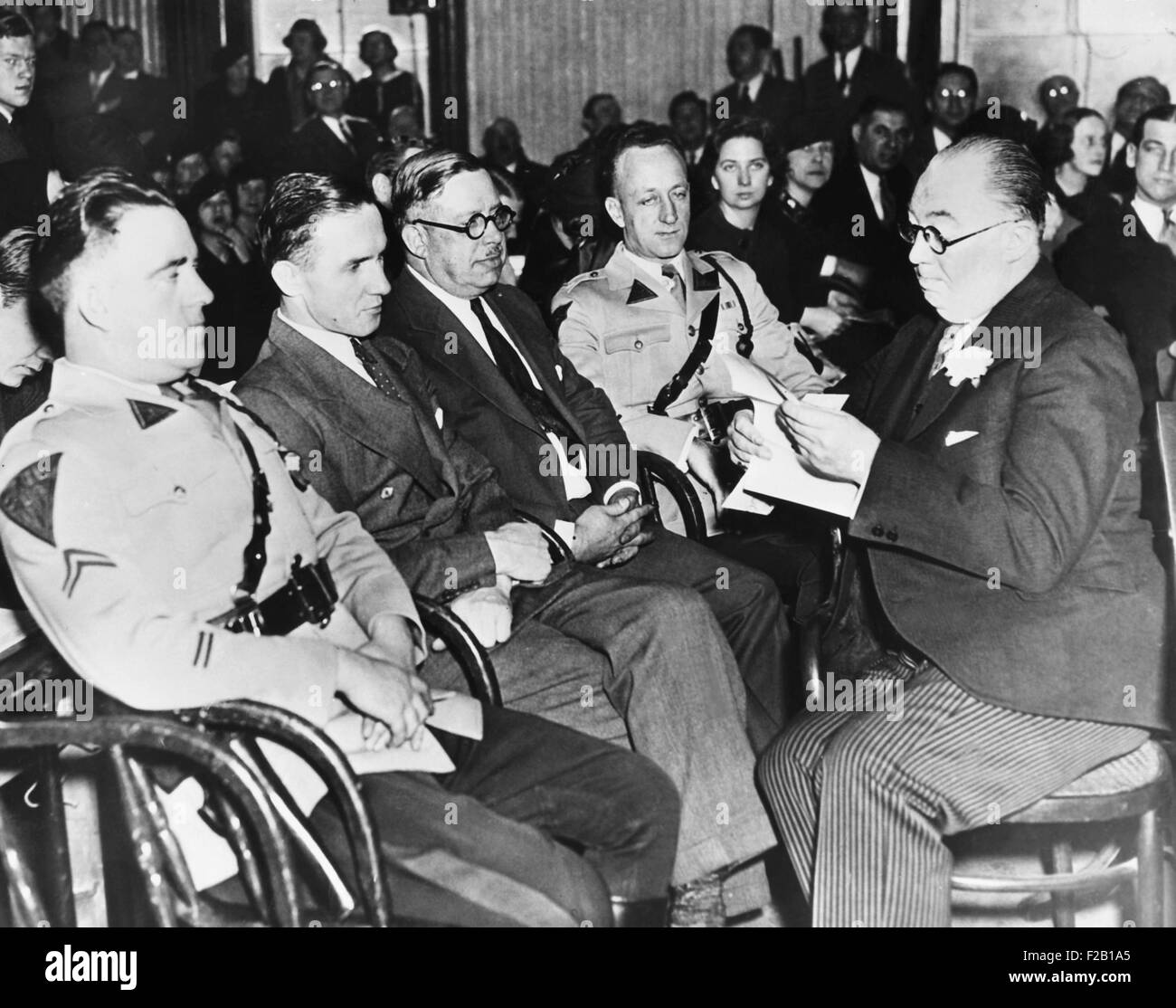 Bruno Hauptmann (2nd from felt) sitting between State Troopers and a Sheriff at his trial. At right holding paper - Stock Image