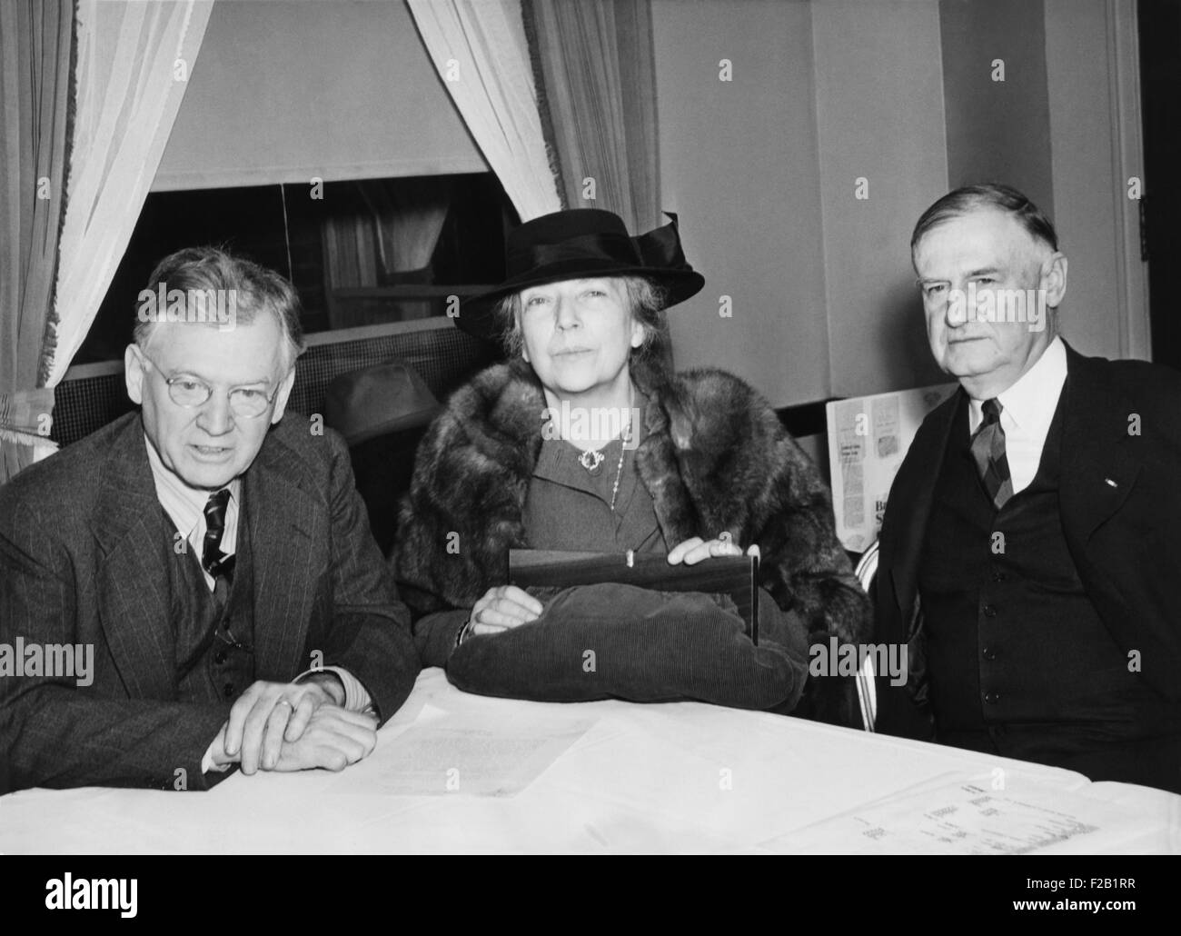 Alice Roosevelt Longworth was one of the 800,000 members of the American First Committee. At an AFC meeting, R-L: - Stock Image
