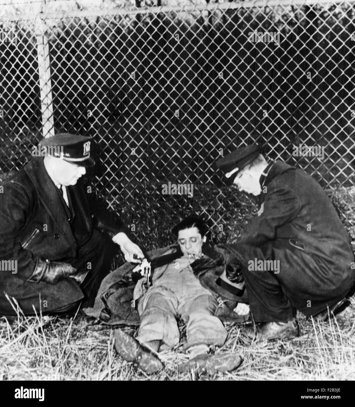 Police next the to dead body of Frank 'The Enforcer' Nitti. He committed suicide beside a railroad track - Stock Image