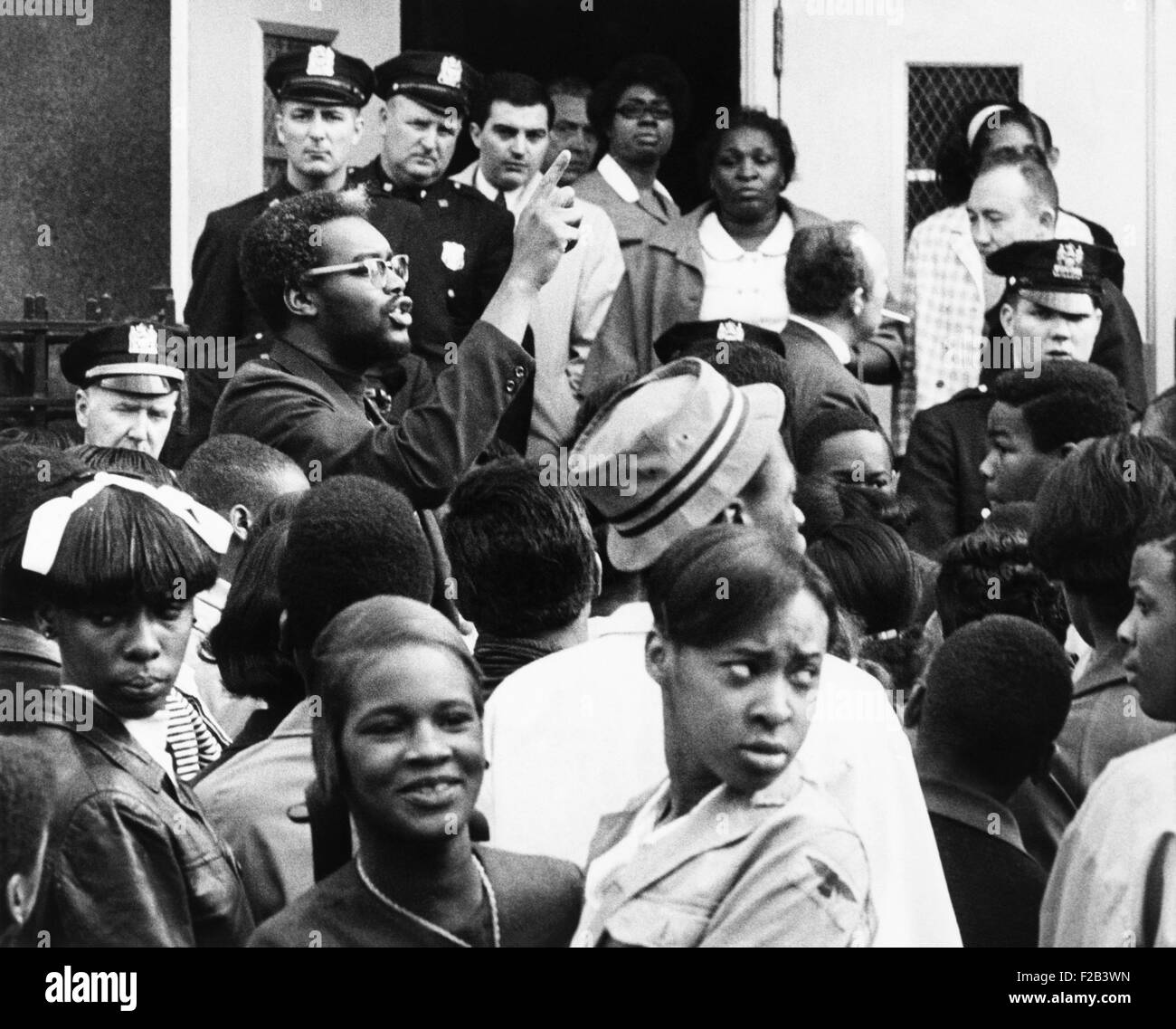 Radical teacher Leslie Campbell (Jitu Weusi) and demonstrators stood on the front steps of JHS 271. They physically - Stock Image