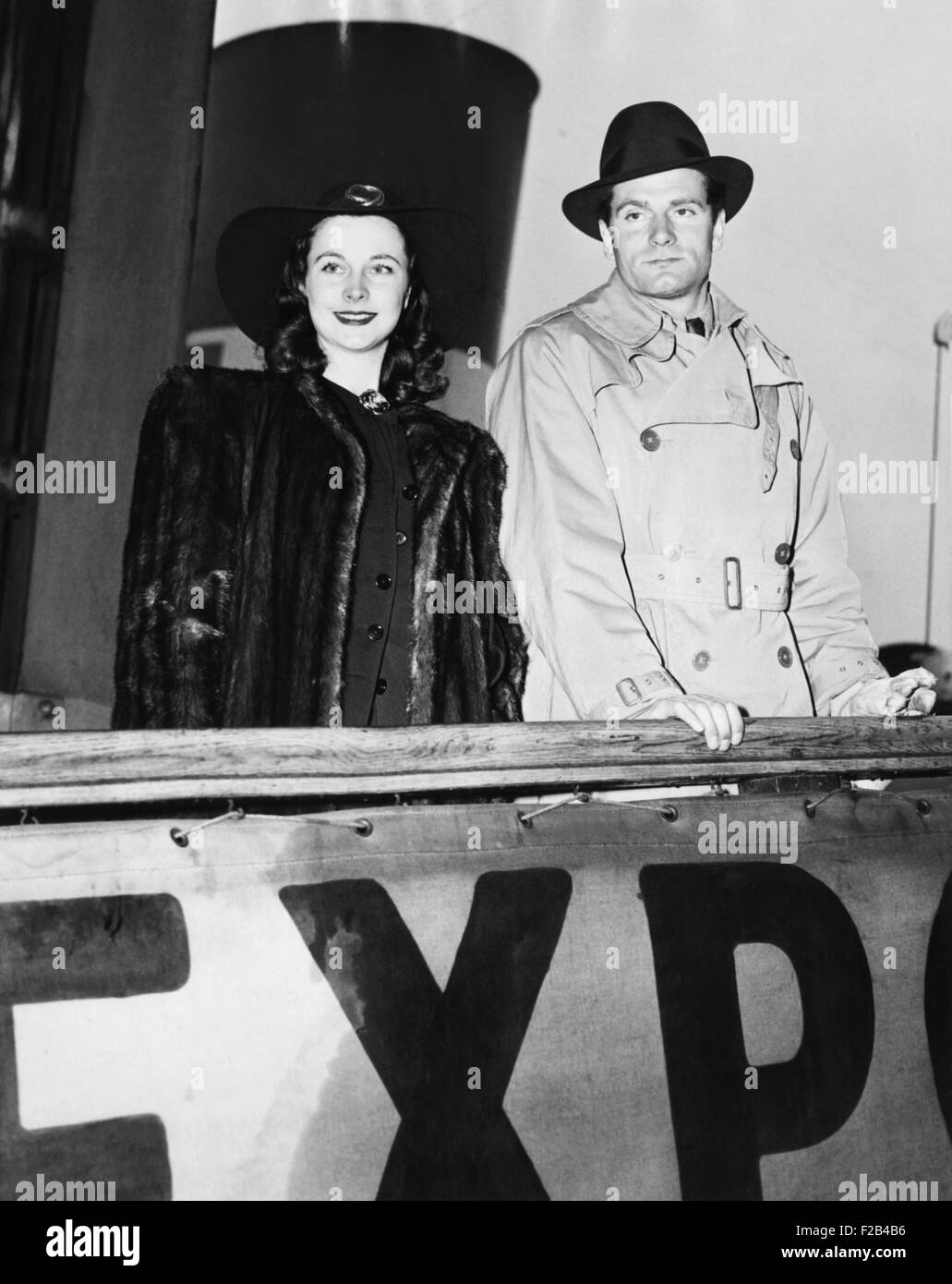Laurence Olivier and his wife, Vivien Leigh, go back to wartime Britain and blackouts. Sailing from New York aboard - Stock Image