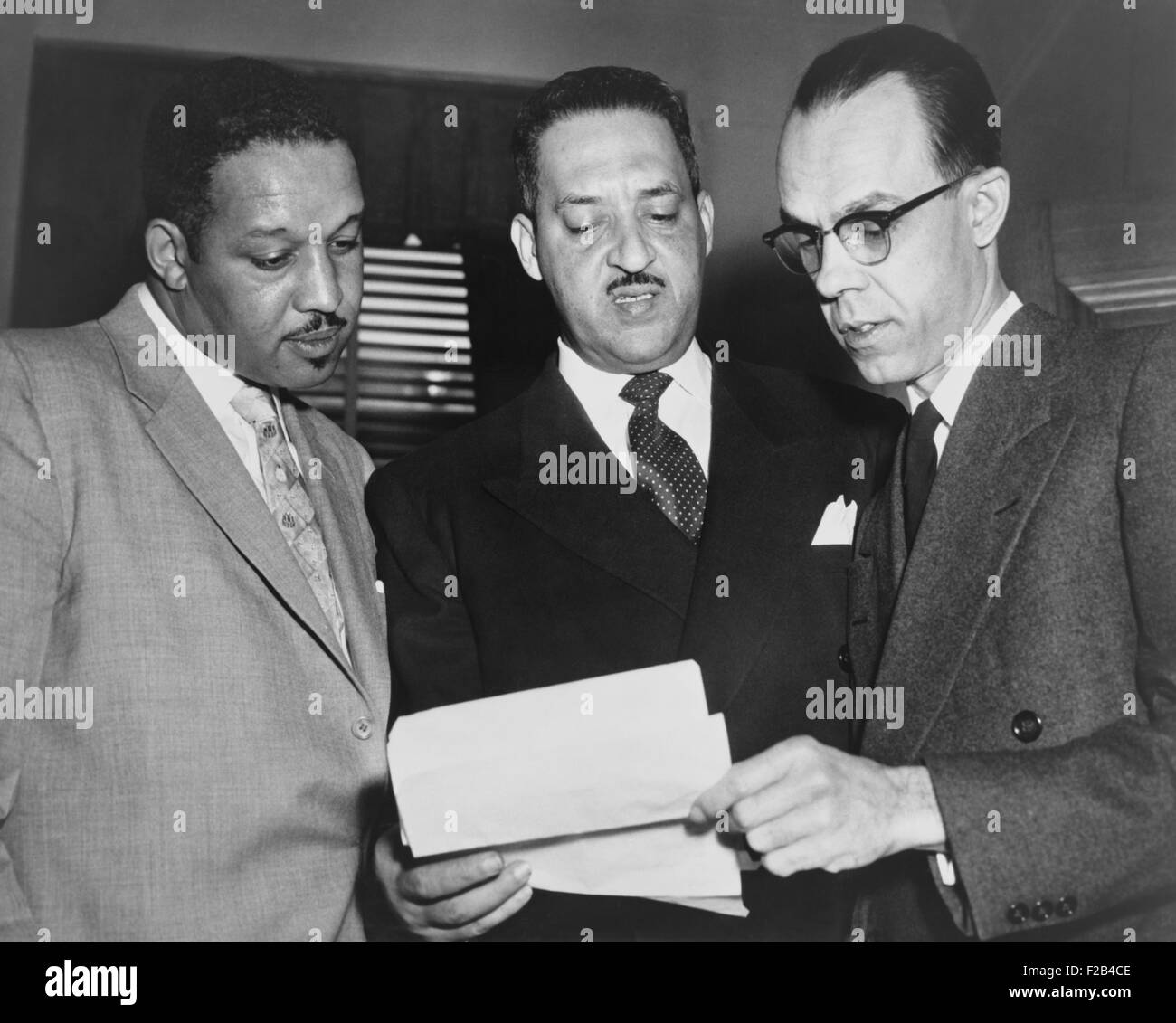 Lawyers confer at the Supreme Court prior to presenting arguments against school segregation. Harold Boulware, Thurgood - Stock Image