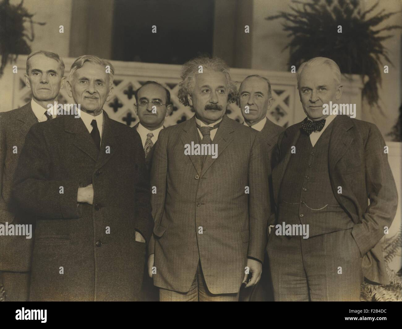 Portrait of five scientists in 1931. L-R: Walter Sydney Adams, Albert Abraham Michelson, Walther Meyer, Albert Einstein, - Stock Image