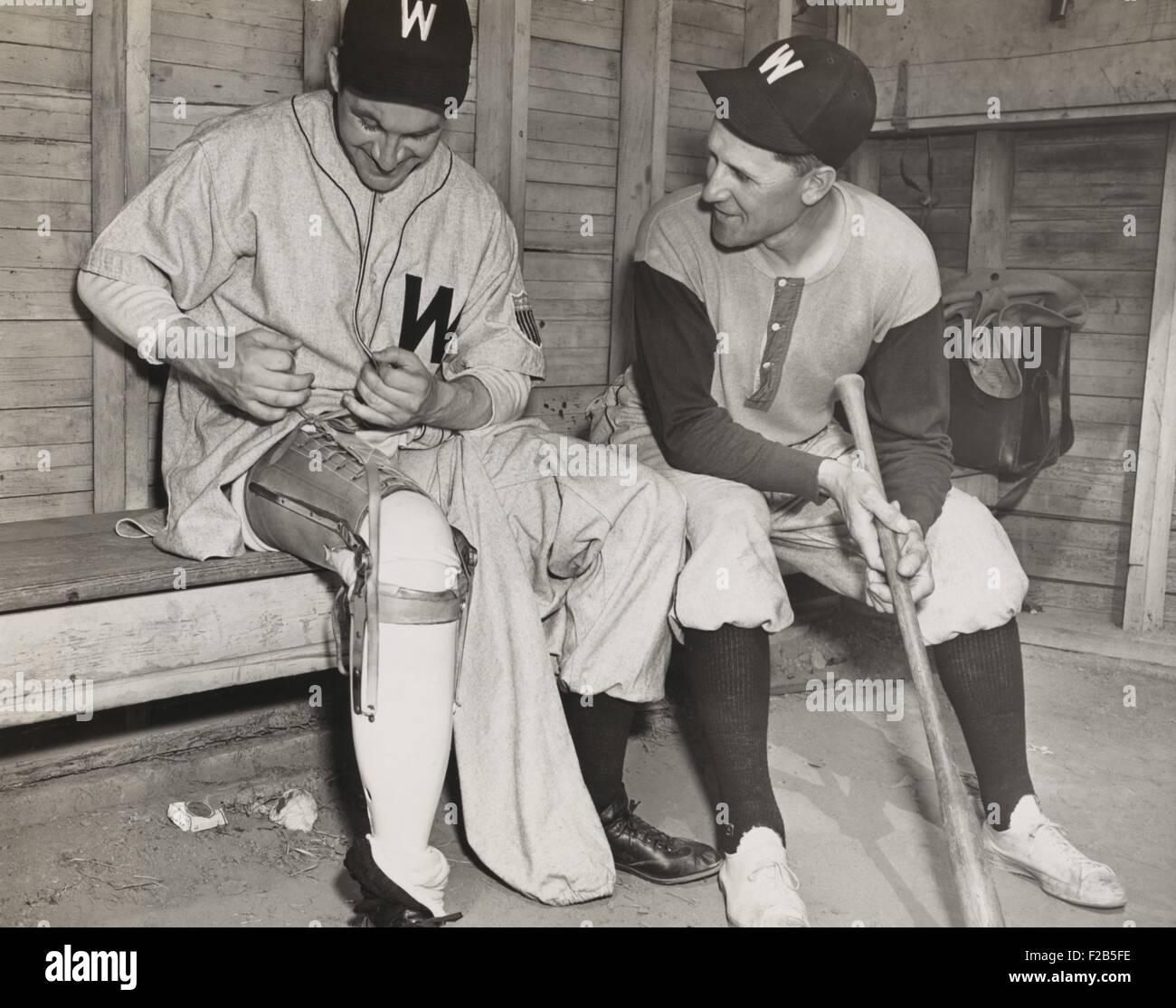 Washington Senators pitcher, Lt. Bert R. Shepard, as Manager Ossie Bluege looks on. March 30, 1945. The veteran - Stock Image