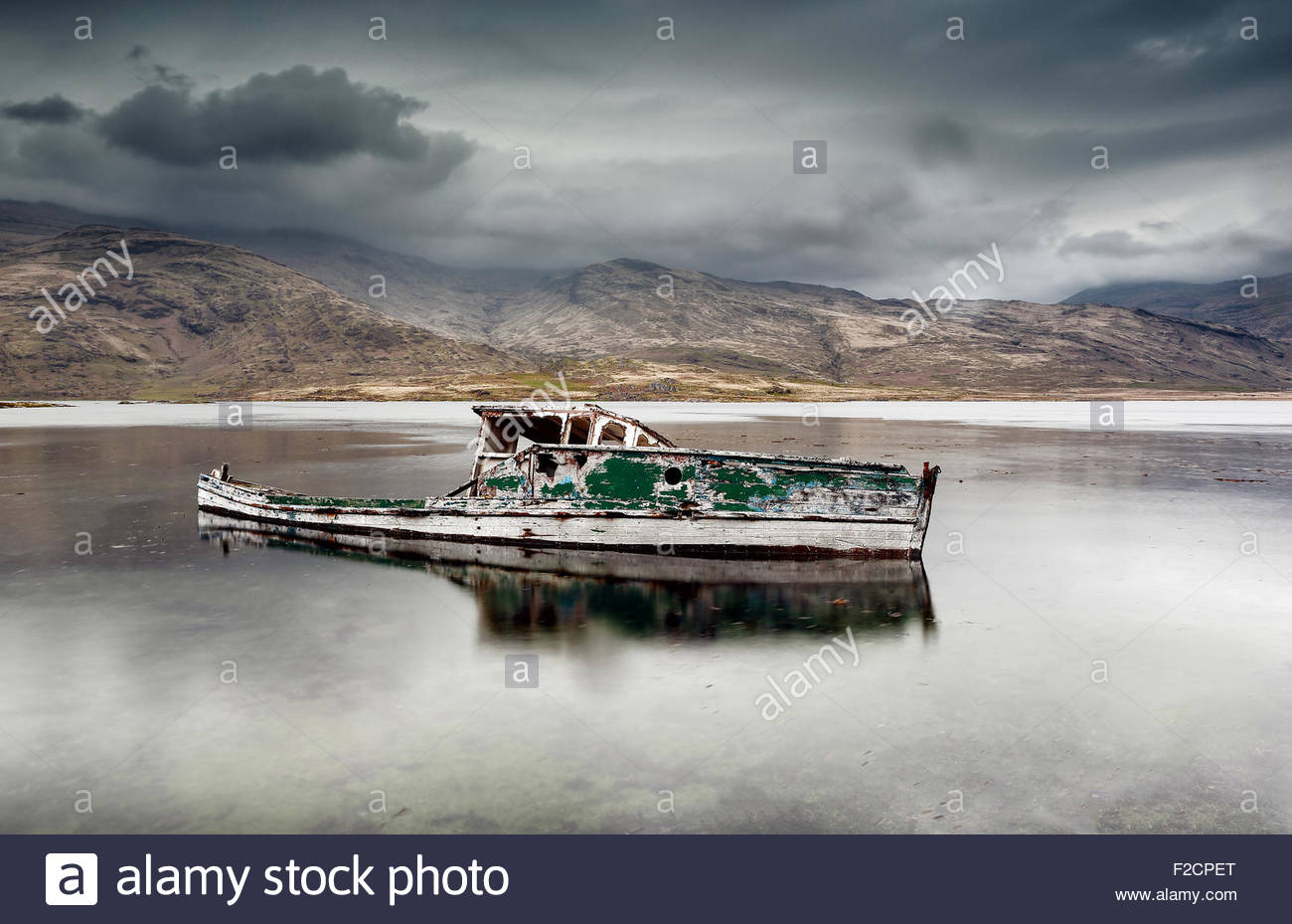 An abandoned boat wreck on Loch Scridain, Isle of Mull. - Stock Image