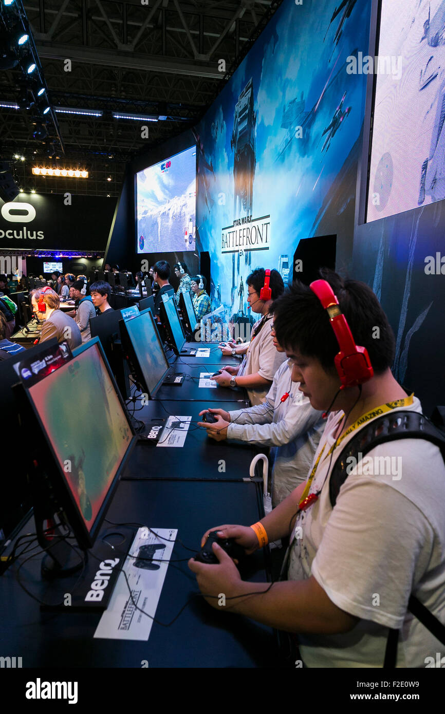 Tokyo, Japan. 17th September, 2015. Visitors play Star Wars: Battlefront video game at the Tokyo Game Show on September - Stock Image