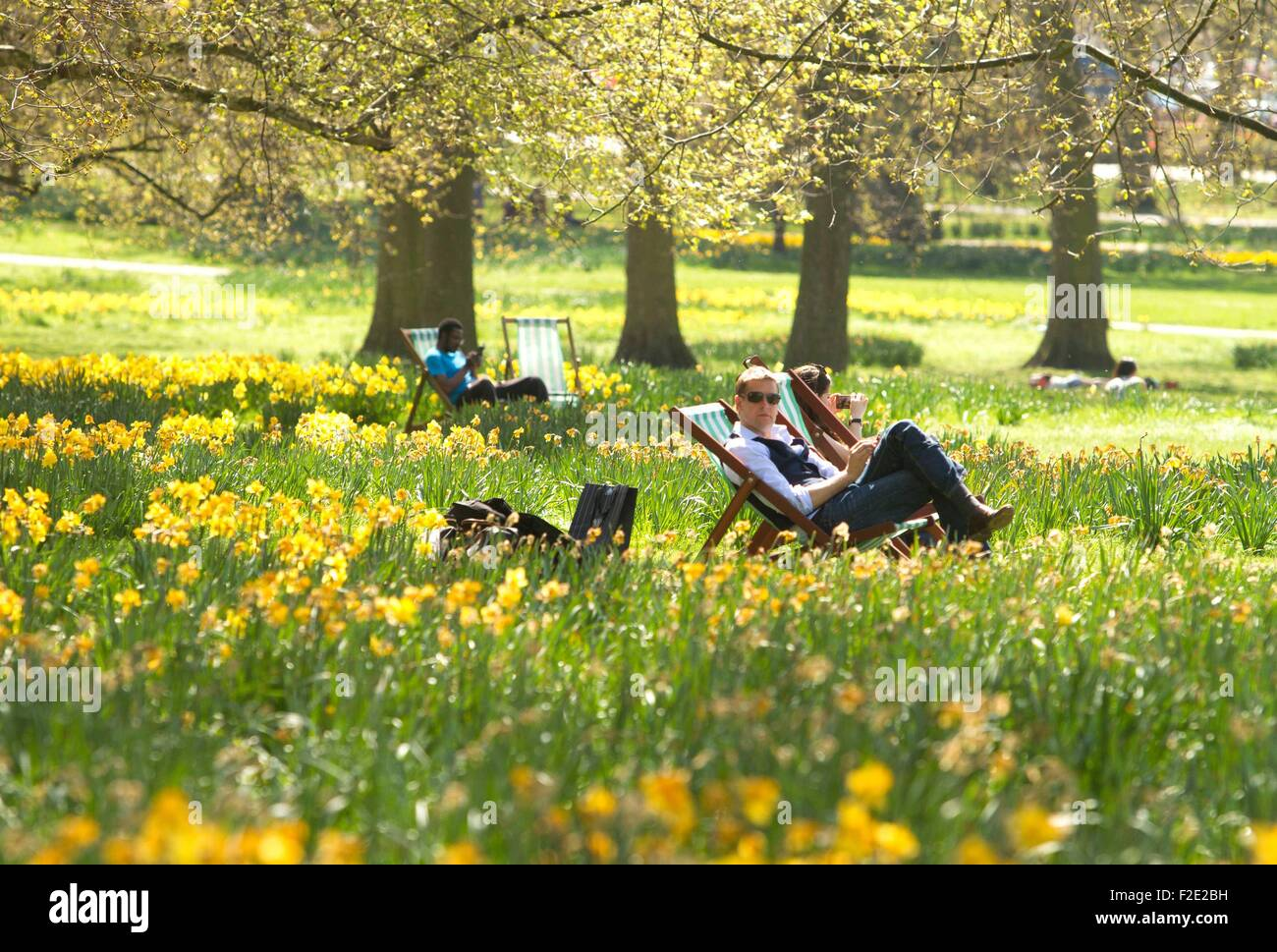 People Enjoying A Nice Weather In Green Park As Today Will Be The Stock Photo Alamy